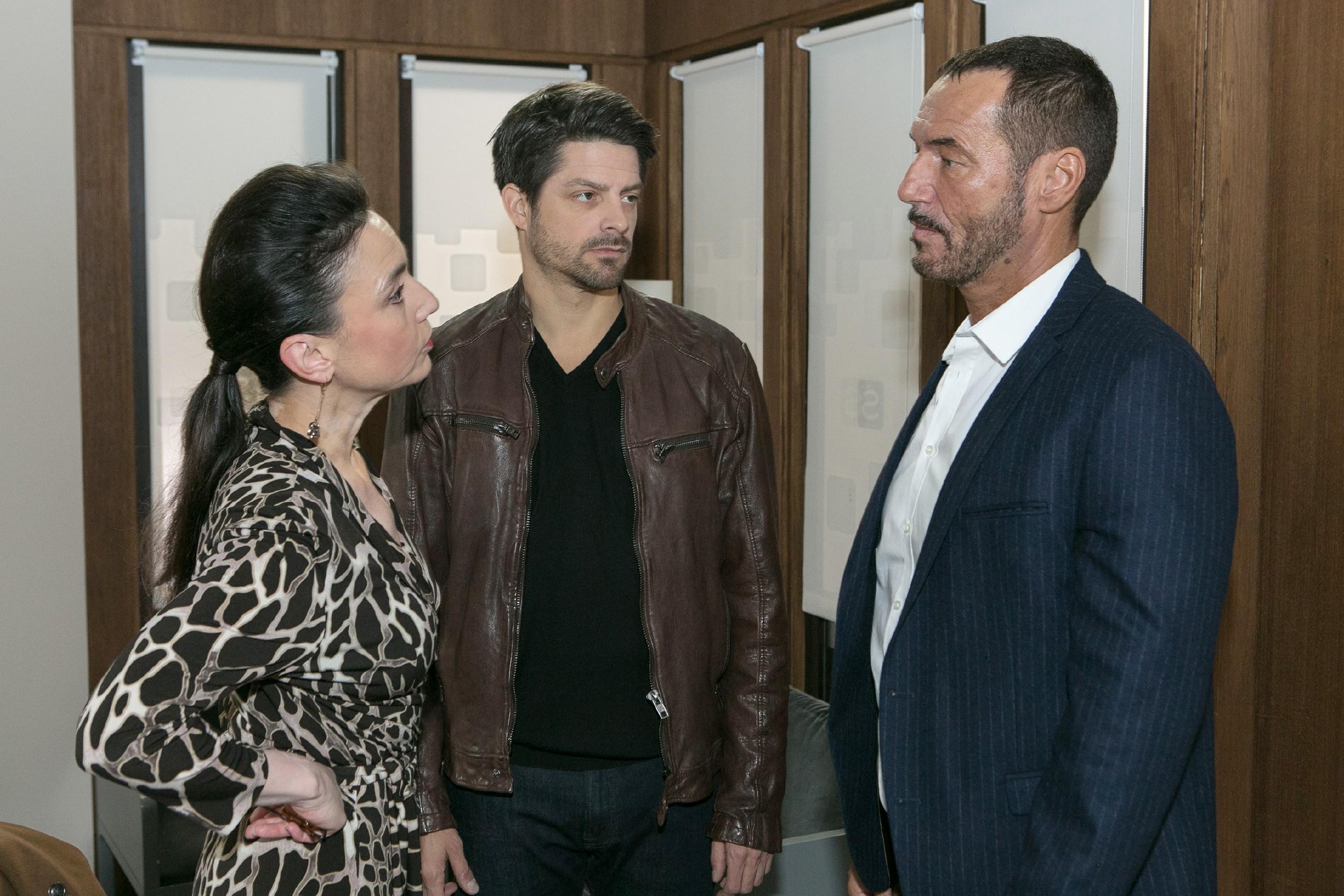 Richards (Silvan-Pierre Leirich, r.) Misstrauen wird geweckt, als ihm auffällt, wie vertraulich Vincent (Daniel Buder) die Nähe von Simone (Tatjana Clasing) sucht. (Quelle: RTL / Kai Schulz)