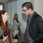 Diana (Tanja Szewczenko, hinten) verfolgt unwillig das Gespräch zwischen der Reporterin Sonja Schill (Marie Dinger) und Christoph (Lars Korten). (Quelle: RTL / Kai Schulz)