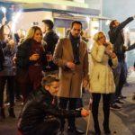 Ingo (André Dietz, vorne kniend), Diana (Tanja Szewczenko, M.l.), Thomas (Daniel Brockhaus, M.) und Lena (Juliette Greco, M.r.) feiern fröhlich ins neue Jahr. (Quelle: RTL / Julia Feldhagen)