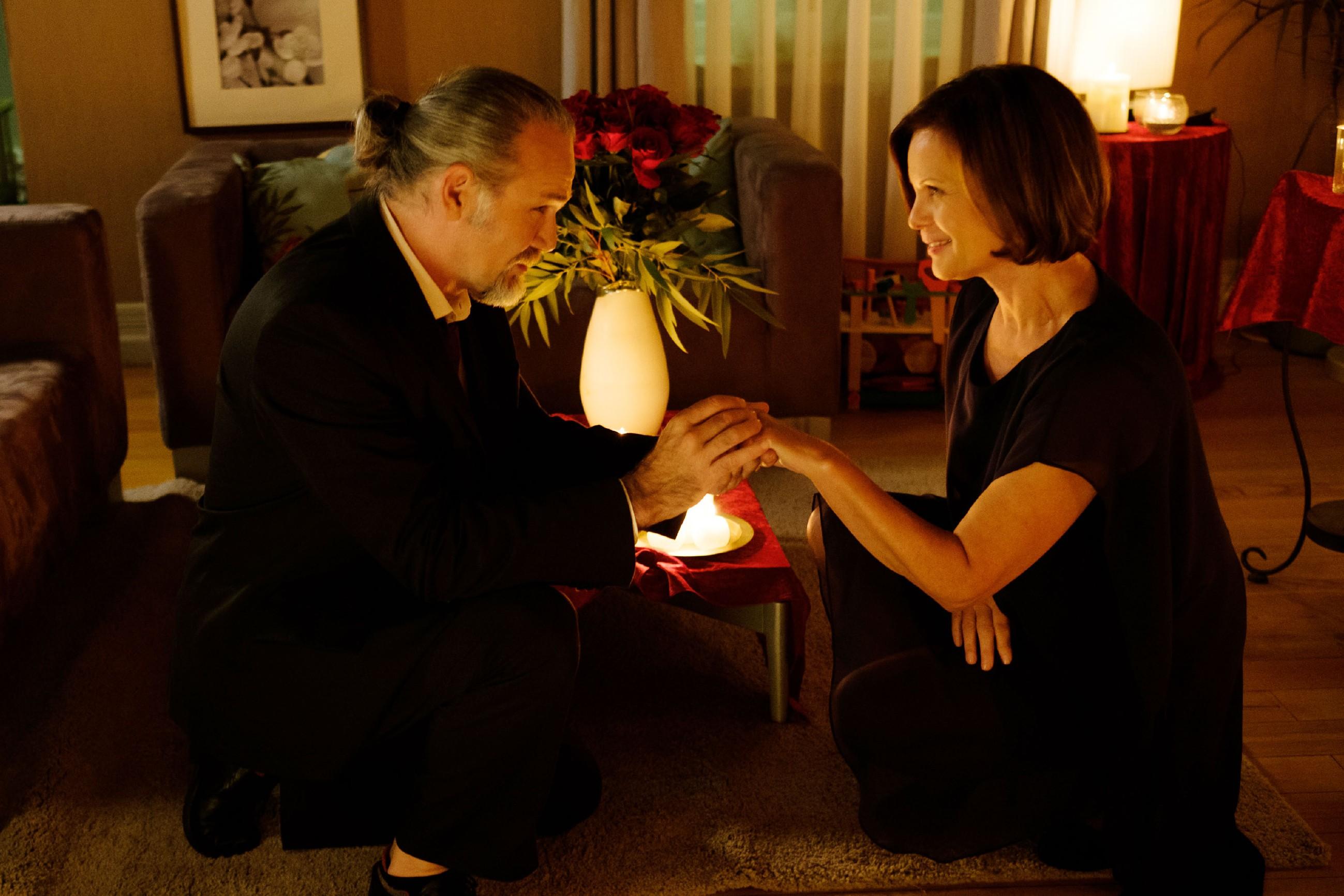 Irene (Petra Blossey) ist überglücklich, dass sich ihre Hoffnung doch noch erfüllt und Robert (Luca Maric) um ihre Hand anhält. (Quelle: RTL / Stefan Behrens)