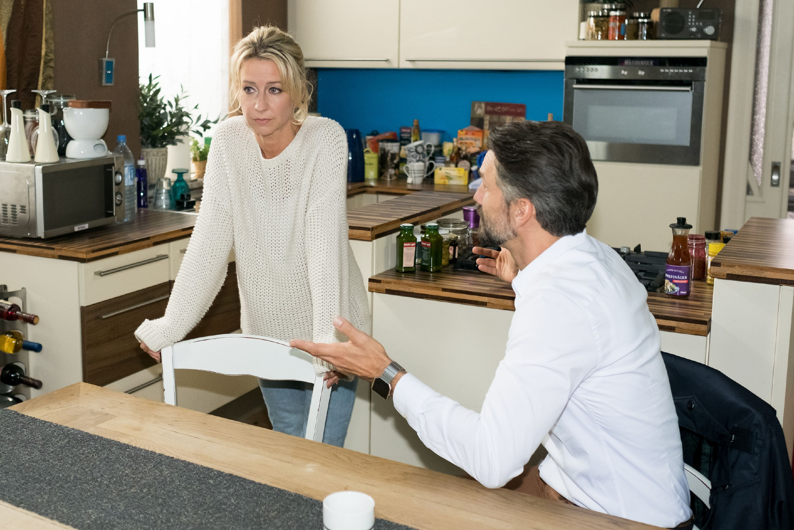 Ute (Isabell Hertel) fragt sich im Beisein von Malte (Stefan Bockelmann), warum ihr Leben immer wieder vom Schicksal gebeutelt wird. (Quelle: RTL / Stefan Behrens)