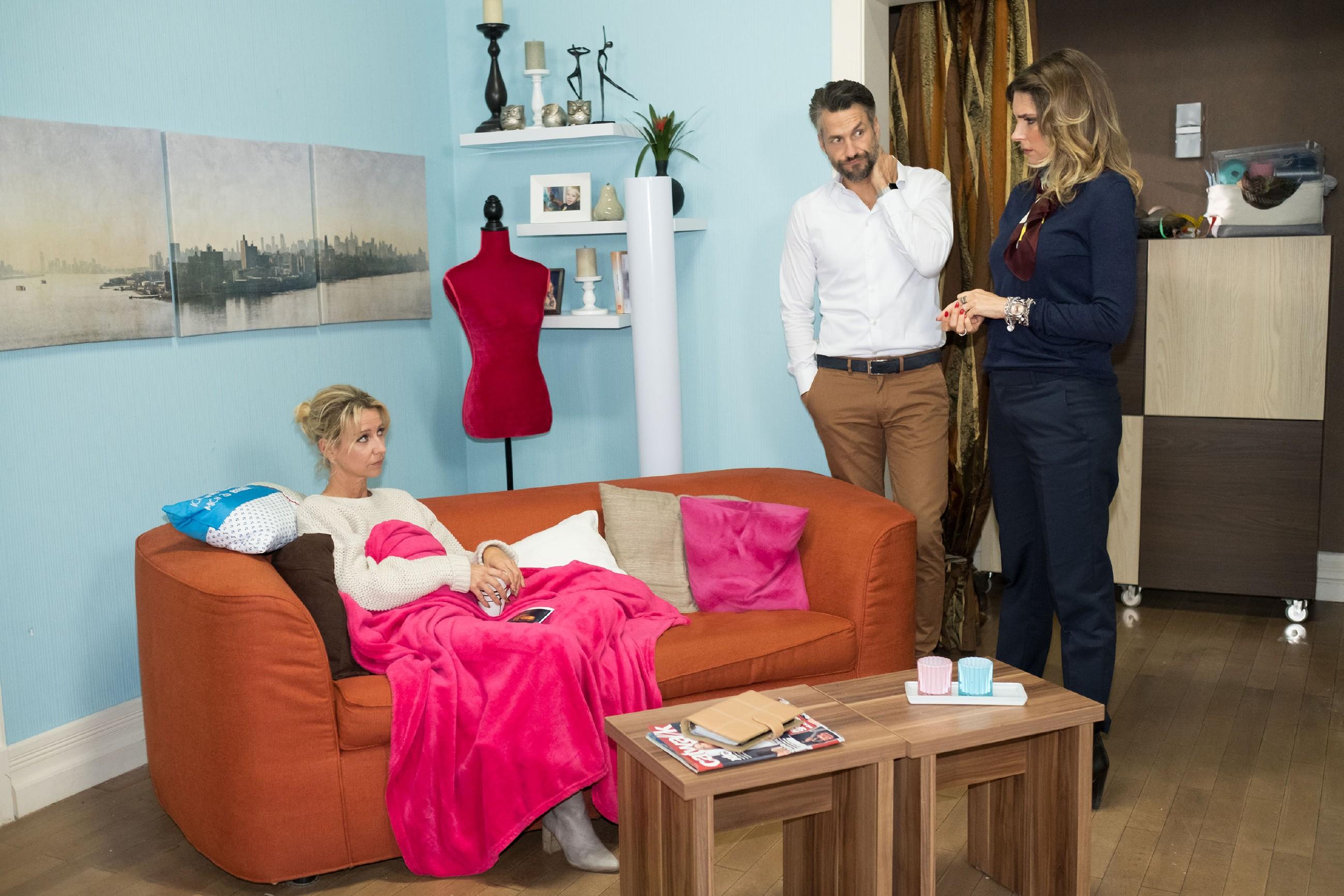 Ute (Isabell Hertel, l.) lässt ihre Wut auf Till in Gegenwart von Malte (Stefan Bockelmann) an Eva (Claudelle Deckert) aus. (Quelle: RTL / Stefan Behrens)