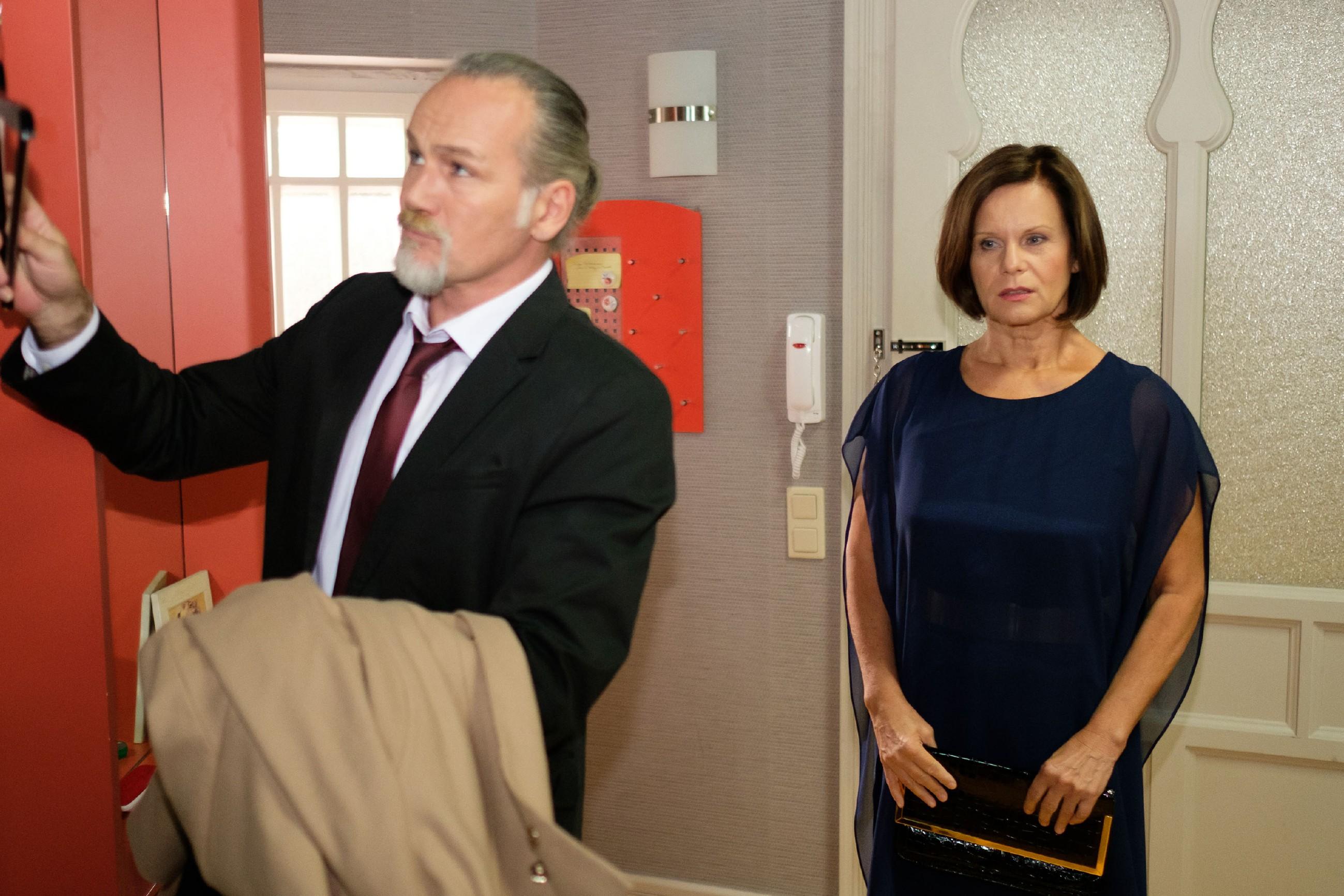 Als Robert (Luca Maric) Irene (Petra Blossey) verheißungsvoll für den Abend um ein Date bittet, glaubt Irene, dass er ihr endlich den Antrag machen will. Doch im Laufe des Abends jagt ein perfekter Moment den nächsten, doch nie stellt Robert die Frage aller Fragen... (Quelle: RTL / Stefan Behrens)