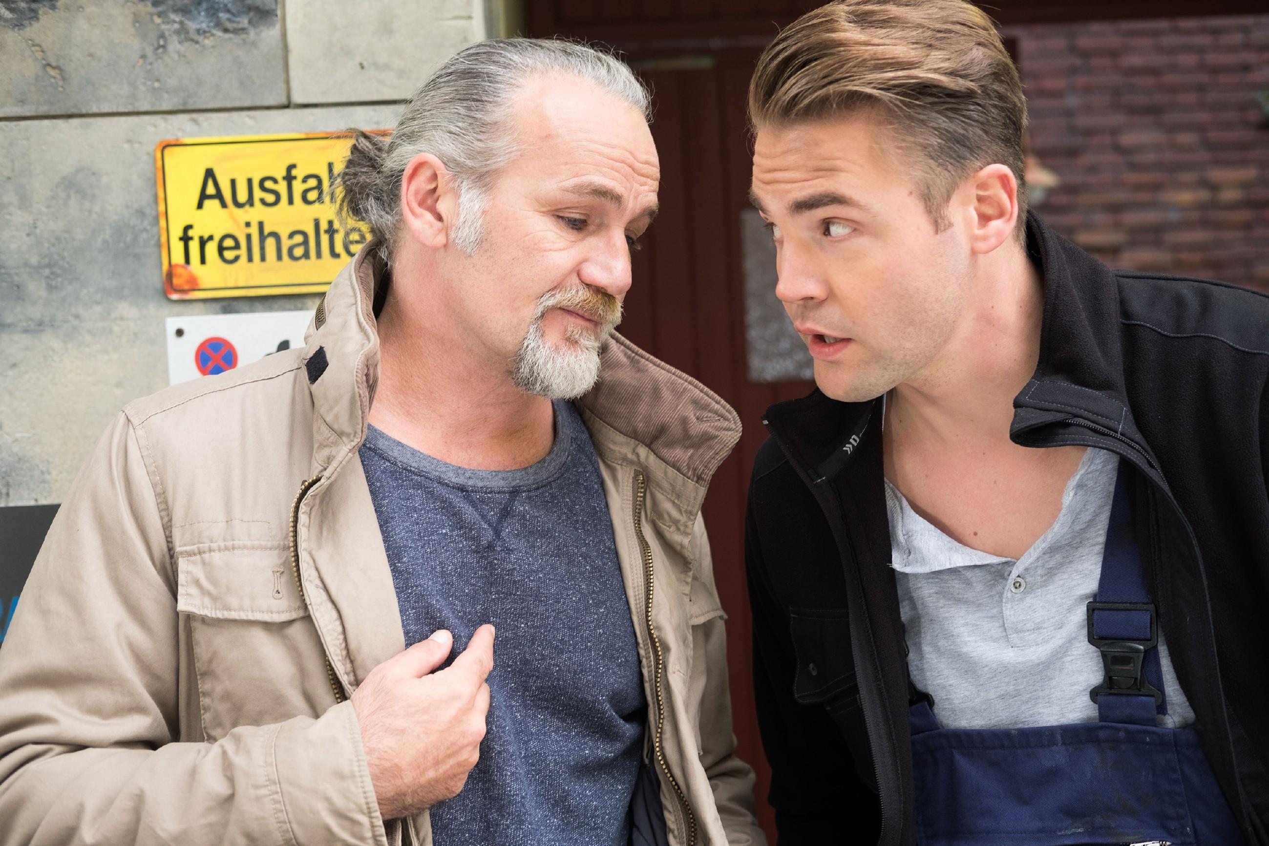 Robert (Luca Maric, l.) weiht Bambi (Benjamin Heinrich) in sein Vorhaben ein, Irene heute einen Heiratsantrag zu machen. (Quelle: RTL / Stefan Behrens)