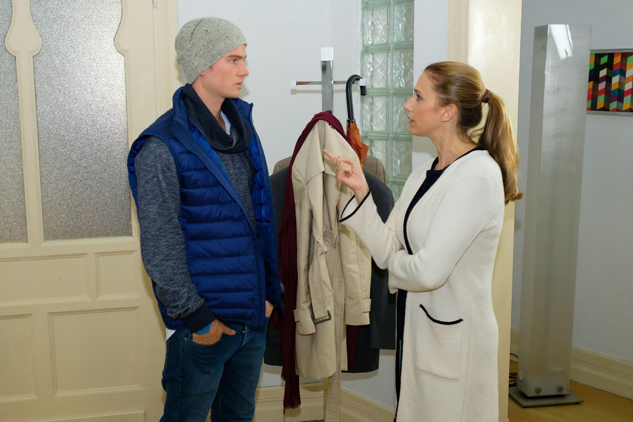 Valentin (Aaron Koszuta) muss eine wütende Ansage seiner Mutter Andrea (Kristin Meyer) über sich ergehen lassen. (Quelle: RTL / Stefan Behrens)
