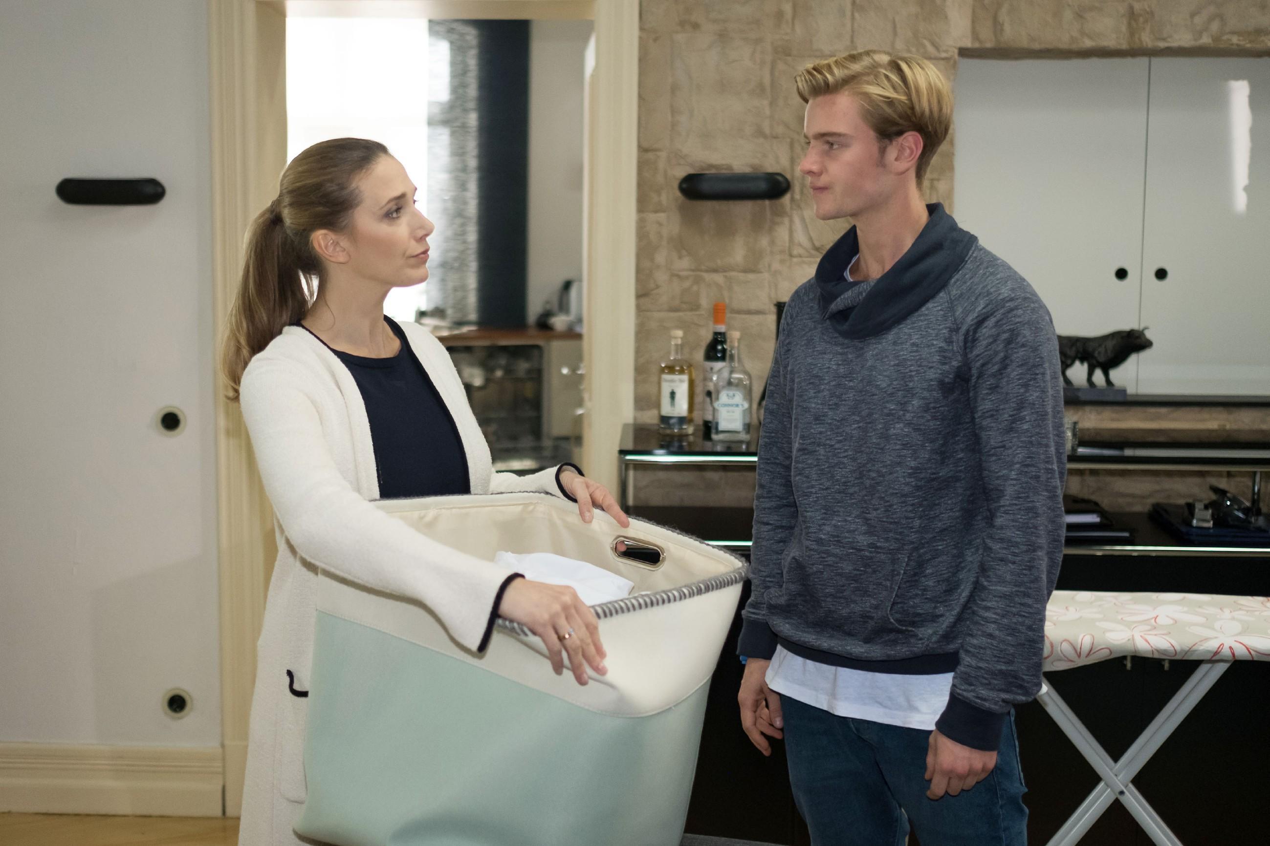 Valentin (Aaron Koszuta) wirft Andrea (Kristin Meyer) wütend vor, Mario zu dessen ungerechtfertigter Freilassung verholfen zu haben. (Quelle: RTL / Stefan Behrens)