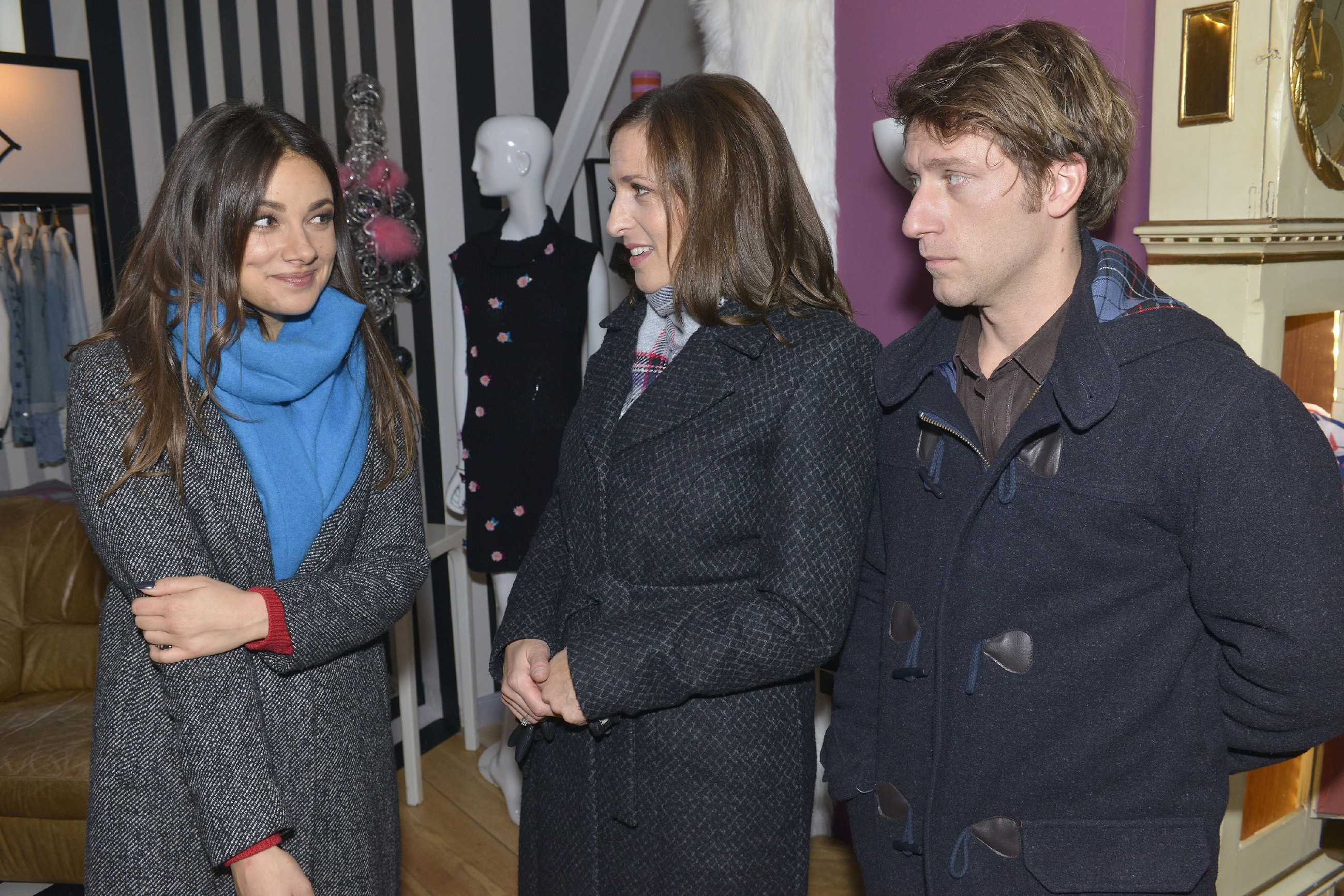 Katrin (Ulrike Frank, M.) und Till (Merlin Leonhardt) haben es Jasmin (Janina Uhse) zu verdanken, dass ihr LKW-Klau ohne Folgen bleibt. (Quelle: RTL / Rolf Baumgartner)