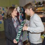 Katrin (Ulrike Frank) ist tief berührt, als Till (Merlin Leonhardt) ihr auf seine Art einen Antrag macht... (Quelle: RTL / Rolf Baumgartner)