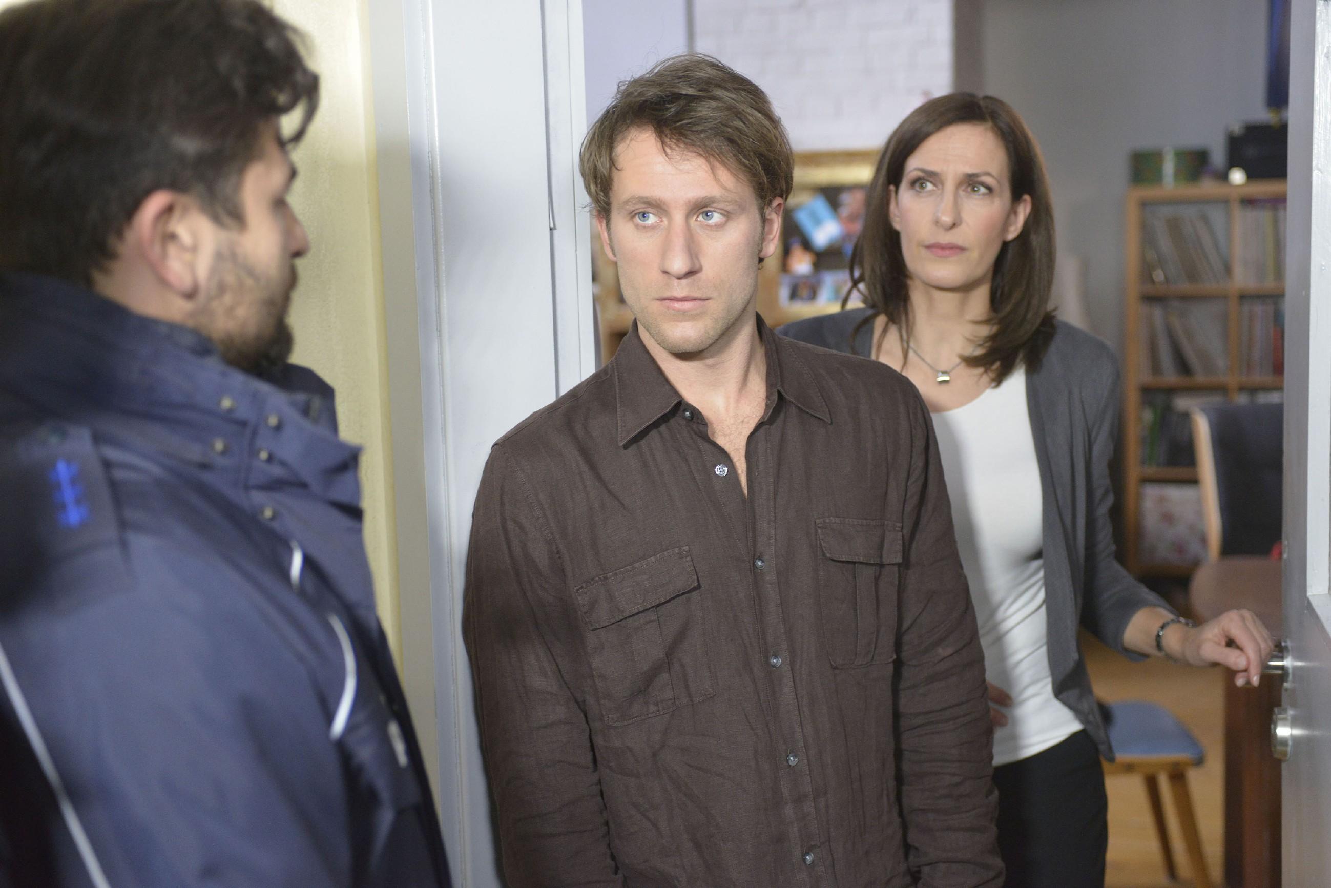 Als ein Polizist (l. Komparse) vor der Tür steht, müssen Till (Merlin Leonhardt) und Katrin (Ulrike Frank) befürchten, aufgeflogen zu sein... (Quelle: RTL / Rolf Baumgartner)