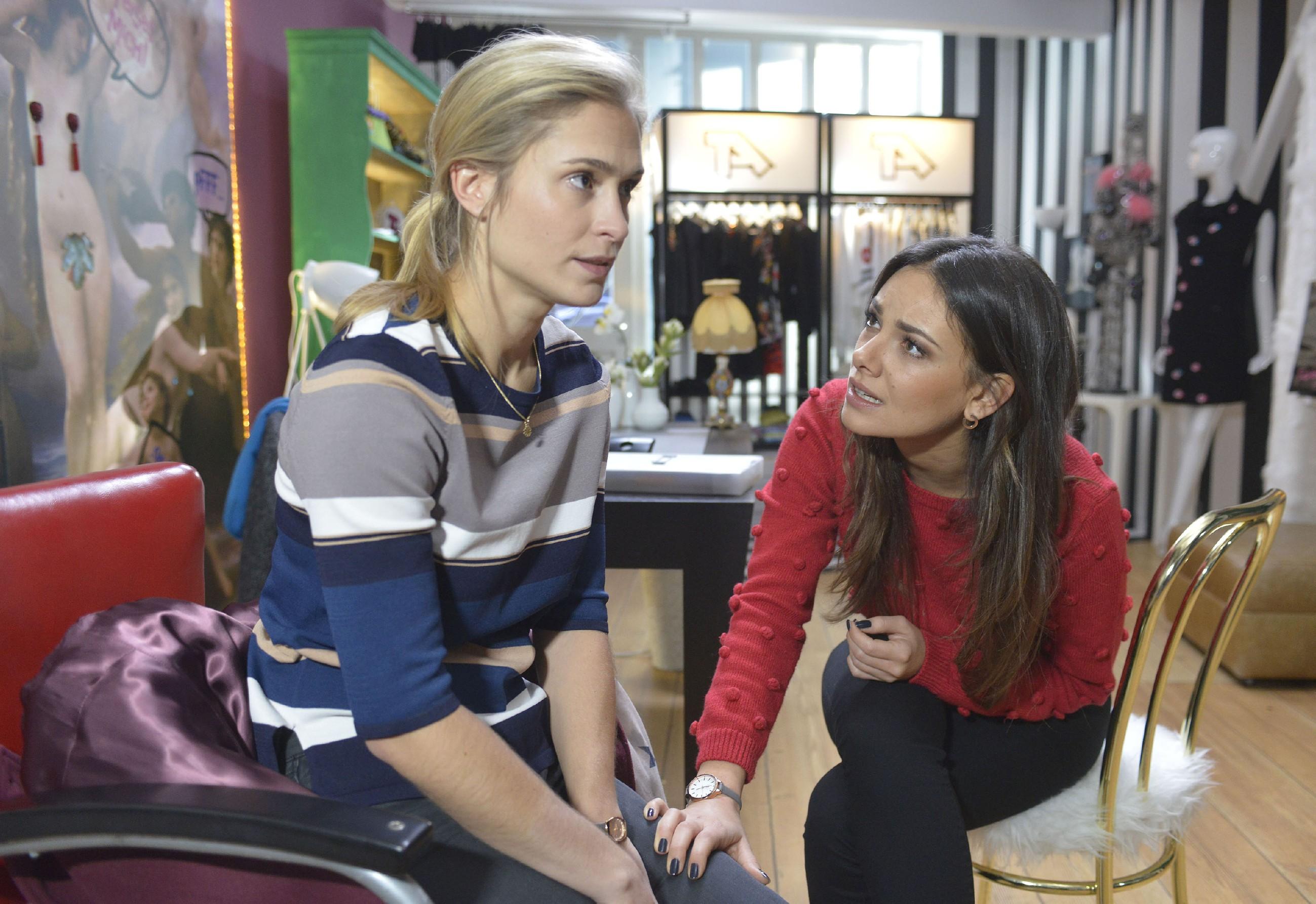Als Sophie (Lea Marlen Woitack, l.) vor Jasmin (Janina Uhse) durchblicken lässt, dass sie sich selbst nicht verzeihen kann, Leni einst nicht gewollt zu haben, versucht Jasmin ihr die Schuldgefühle auszureden. (Quelle: RTL / Rolf Baumgartner)