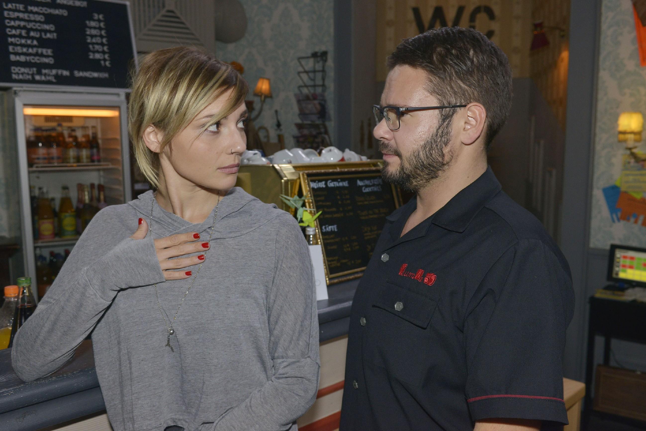 Tuner (Thomas Drechsel) verschweigt vor Anni (Linda Marlen Runge), dass deren Halbschwester seine Traumfrau ist. (Quelle: RTL / Rolf Baumgartner)