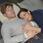 Katrin (Ulrike Frank) schiebt die Gedanken an Tills (Merlin Leonhardt) Krankheit tapfer beiseite und will weiterhin jeden Moment genießen. (Quelle: RTL / Rolf Baumgartner)