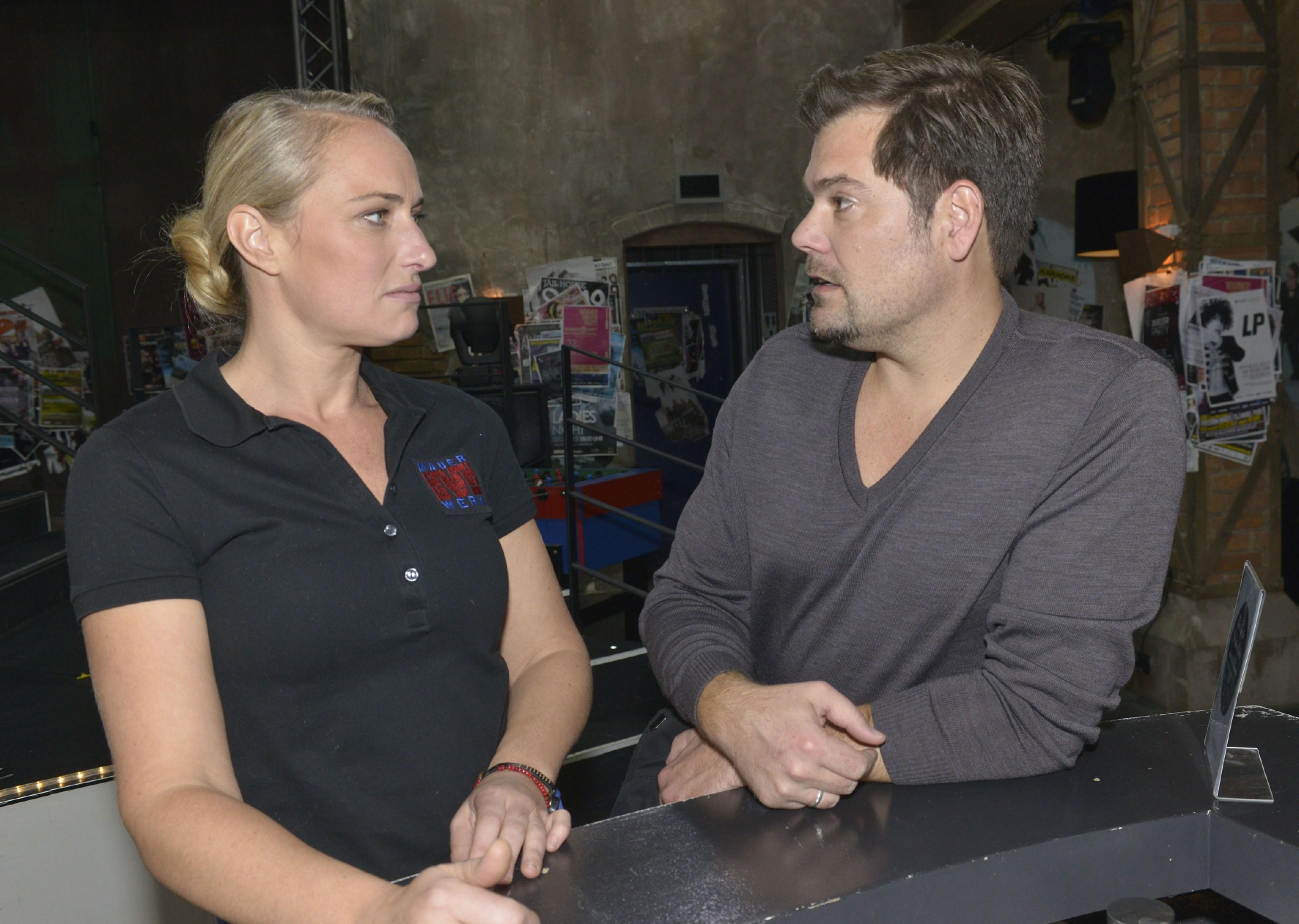 Leon (Daniel Fehlow) erklärt Maren (Eva Mona Rodekirchen), dass er nach dem schönen Urlaub mit Sophie wieder Hoffnung hat, die Ehekrise zu bewältigen. (Quelle: RTL / Rolf Baumgartner)
