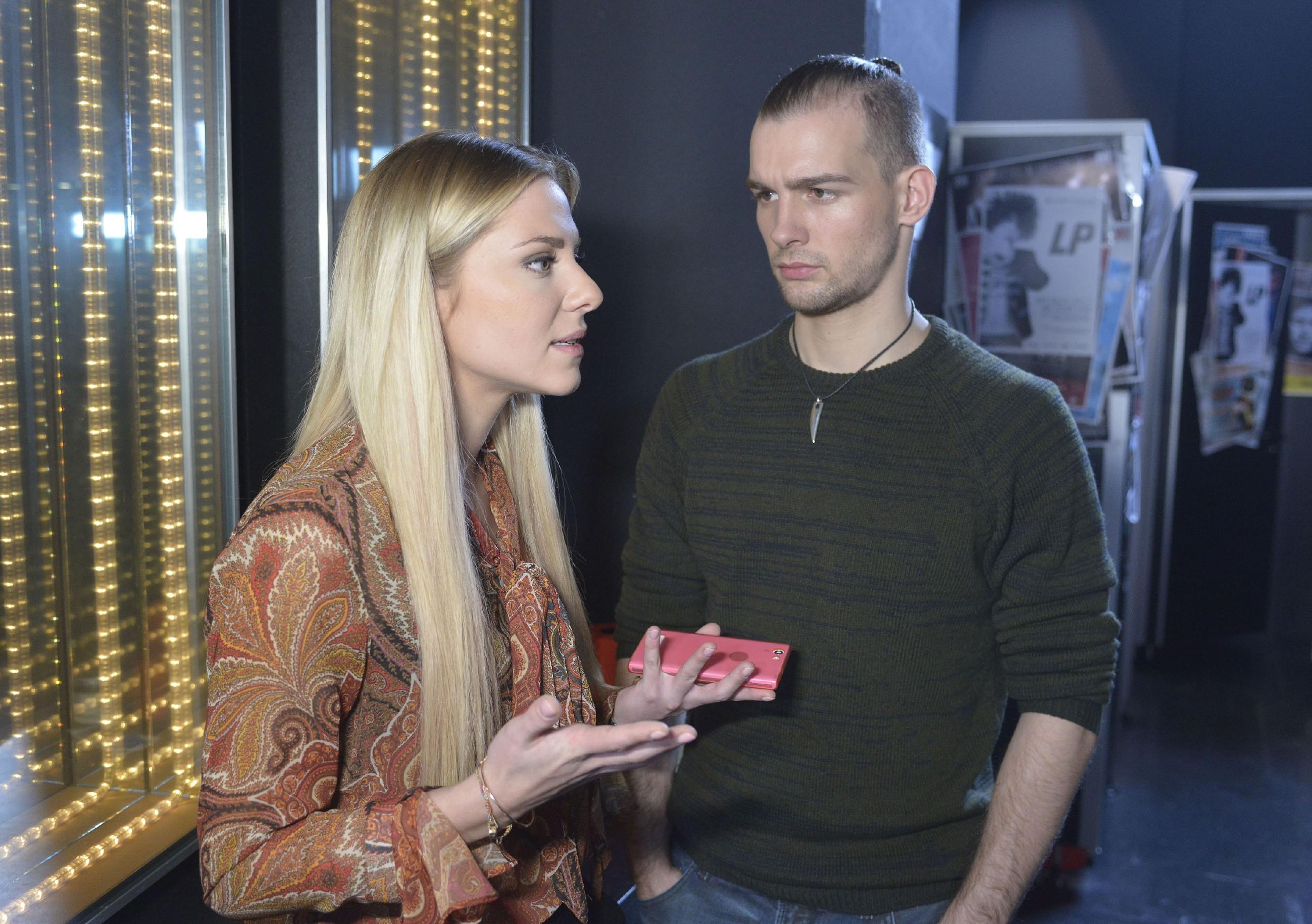 Chris (Eric Stehfest) erkennt, dass er sich bei Sunny (Valentina Pahde) offenbar noch weiter ins Abseits geschossen hat. (Quelle: RTL / Rolf Baumgartner)