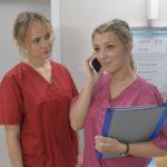 Lilly (Iris Mareike Steen, r.) findet die neue Schwesternschülerin Jule (Luise von Finckh) auf Anhieb sympathisch und will ihr bei ihrem Wohnungsproblem helfen. (Quelle: RTL / Rolf Baumgartner)