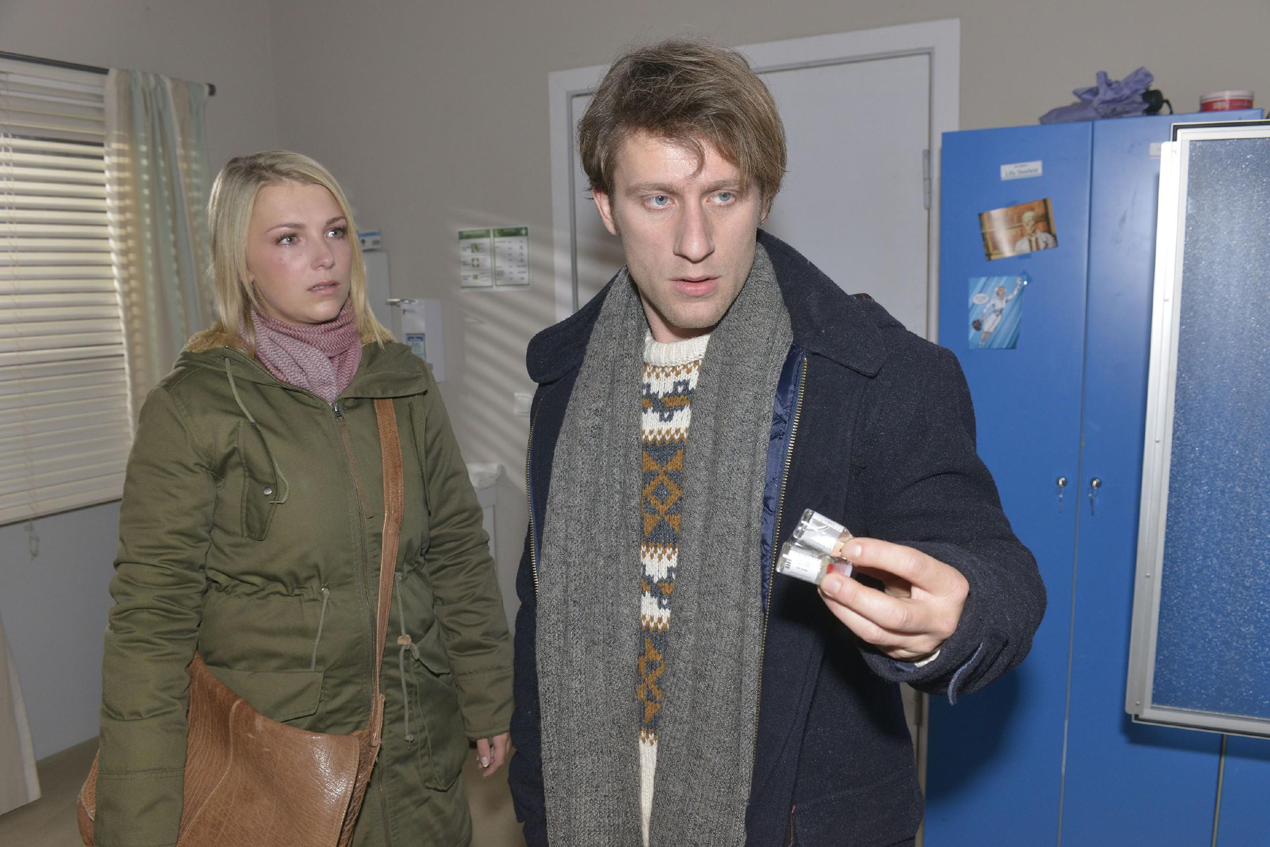 Lilly (Iris Mareike Steen) realisiert, dass Till (Merlin Leonhardt) über Alternativen zu einem qualvollen Tod nachdenkt. (Quelle: RTL / Rolf Baumgartner)
