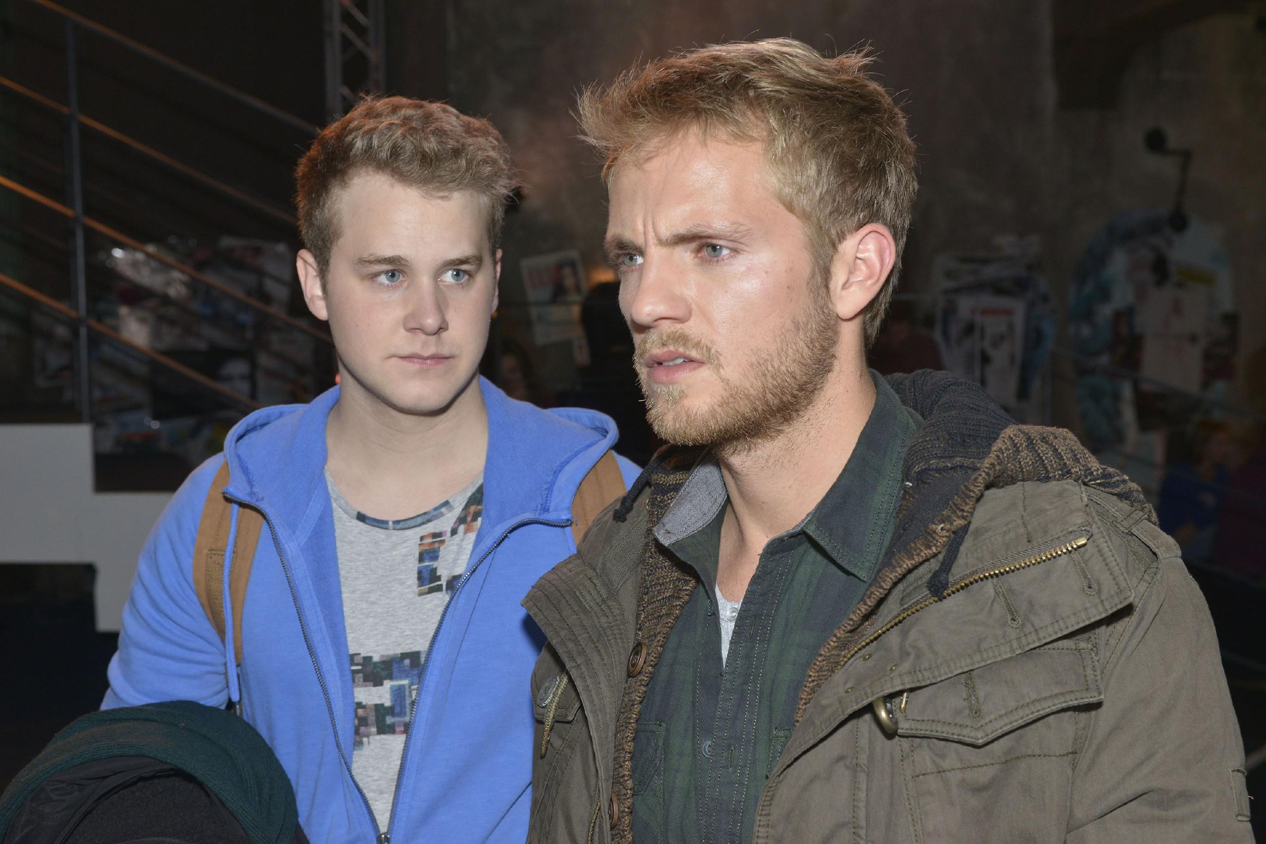 Jonas (Felix van Deventer, l.) erkennt betroffen, dass Paul (Niklas Osterloh) sich mit seinem Freundschaftsdienst für Jonas bei Eva ins Abseits geschossen hat. (Quelle: RTL / Rolf Baumgartner)
