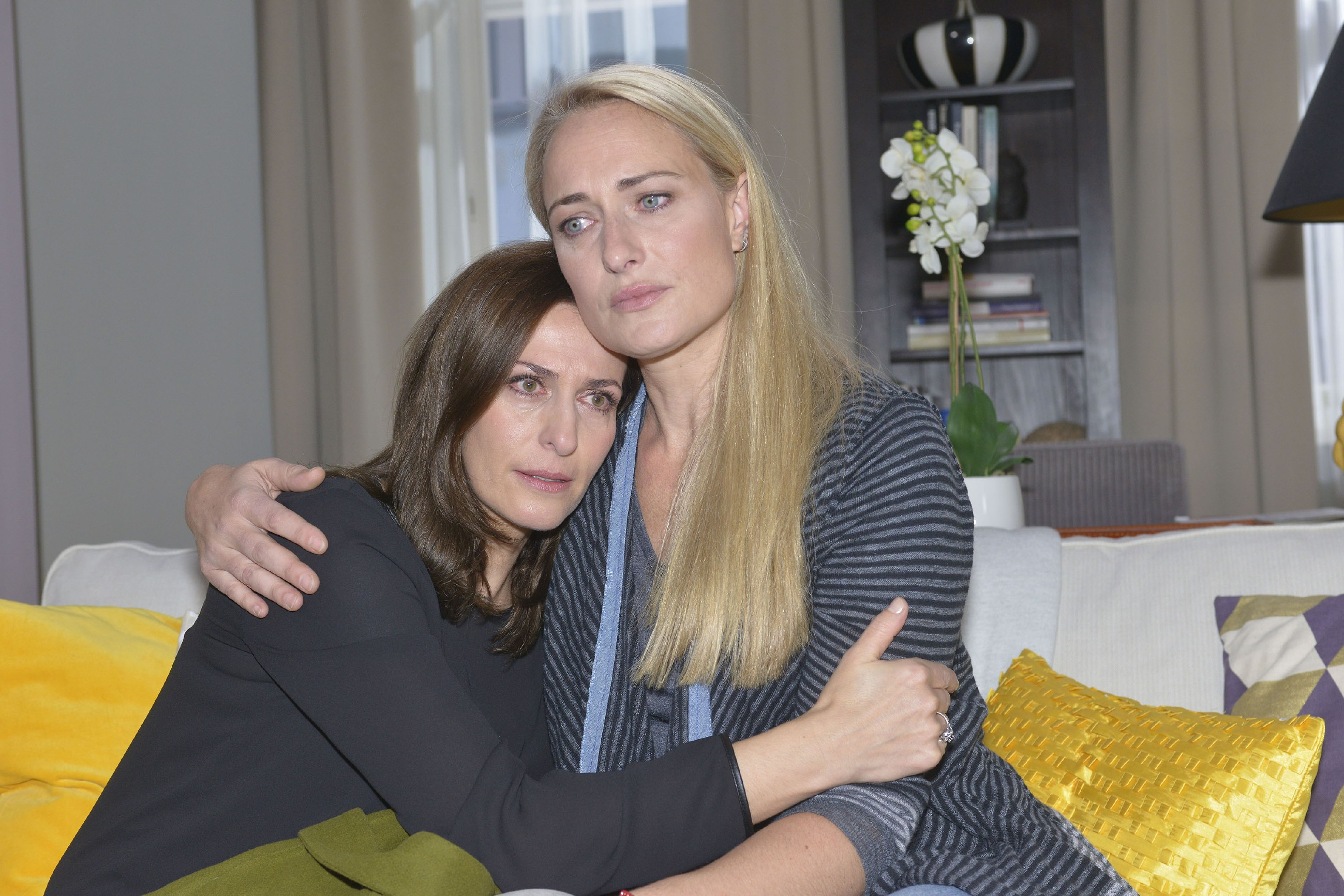 Maren (Eva Mona Rodekirchen, r.) fängt Katrin (Ulrike Frank) auf, die sich mit Tills Schicksal arrangieren muss. (Quelle: RTL / Rolf Baumgartner)