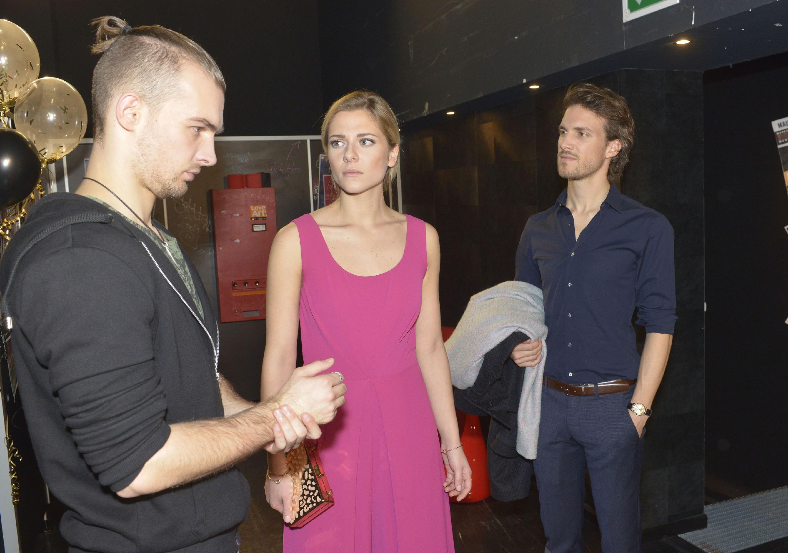 Nachdem Chris (Eric Stehfest, l.) Sunny (Valentina Pahde) mit einem Kuss überrumpelt hat, taucht plötzlich Felix (Thaddäus Meilinger) auf und Chris' Verunsicherung wächst... (Quelle: RTL / Rolf Baumgartner)