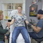 Jonas (Felix van Deventer, M.) ist froh, dass Paul (Niklas Osterloh, l.) ihm beisteht, als der Tätowierer (Komparse) loslegen will. (Quelle: RTL / Rolf Baumgartner)