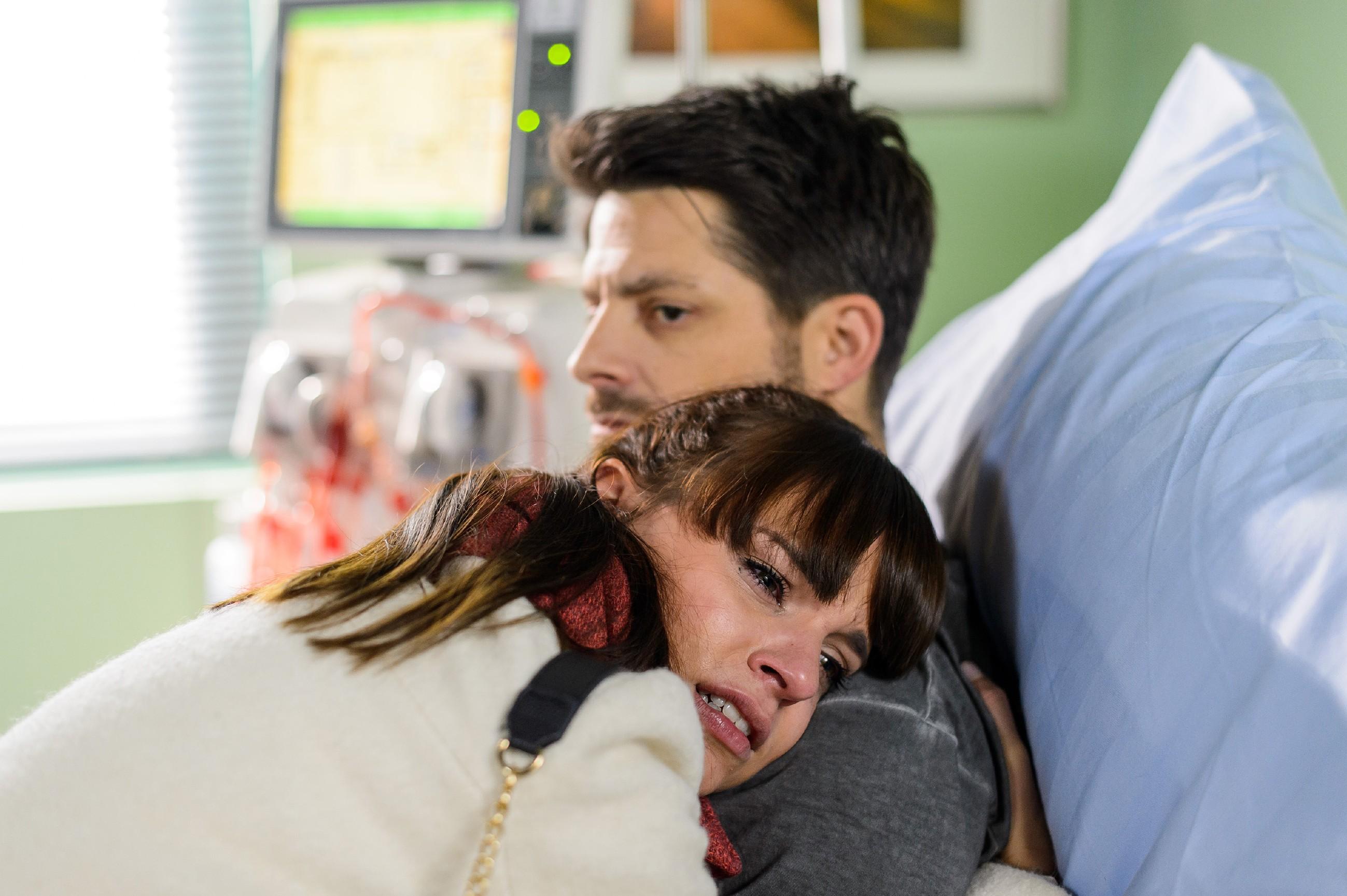 Michelle (Franziska Benz) besucht Vincent (Daniel Buder) im Krankenhaus und ihr wird klar, dass sie ihren Vater nicht sterben lassen kann... (Quelle: RTL / Willi Weber)