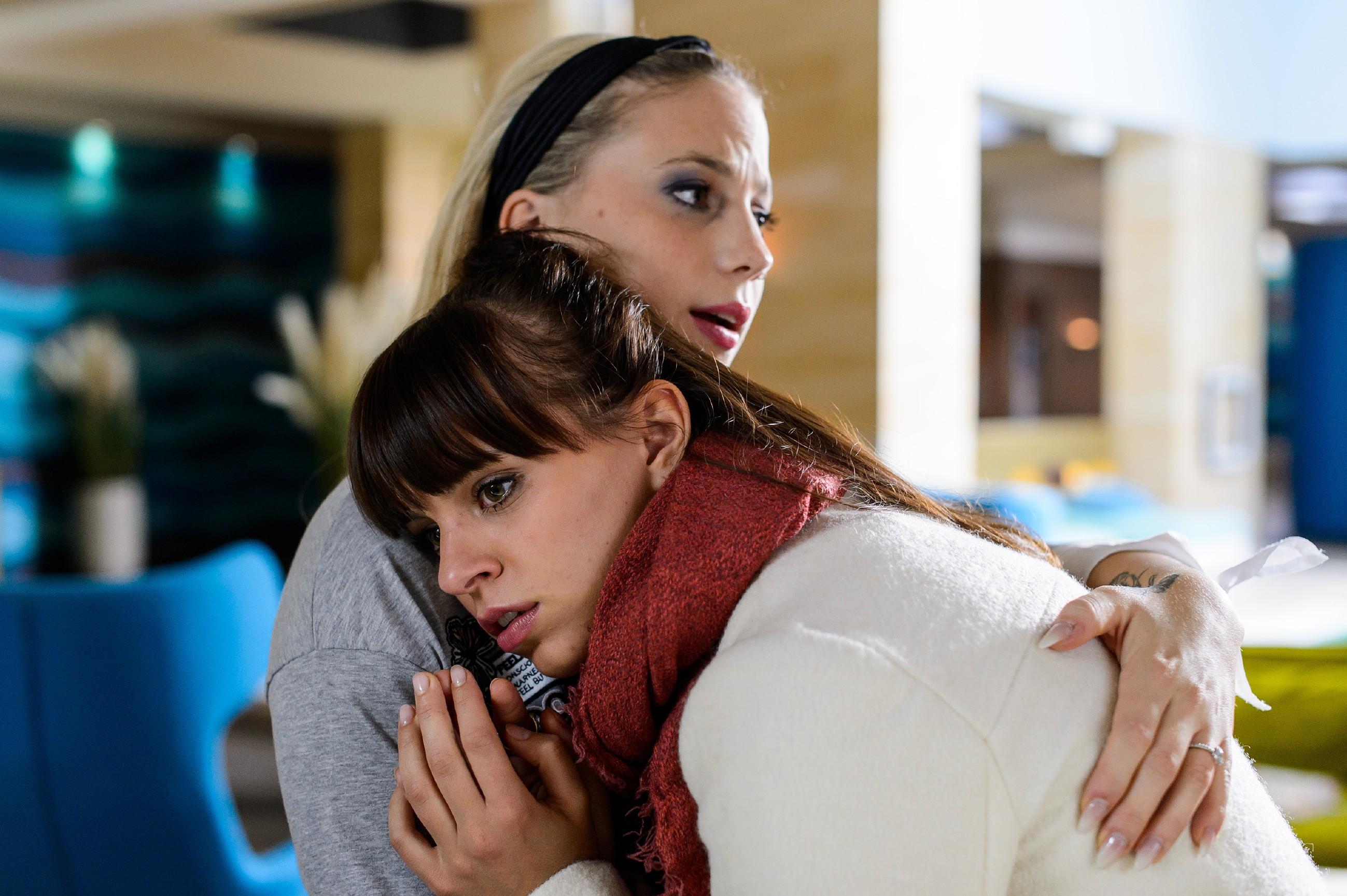 Michelle (Franziska Benz, r.) ist von der Nachricht von Vincents Tod völlig überfordert und wird von Iva (Christina Klein) aufgefangen. (Quelle: RTL / Willi Weber)