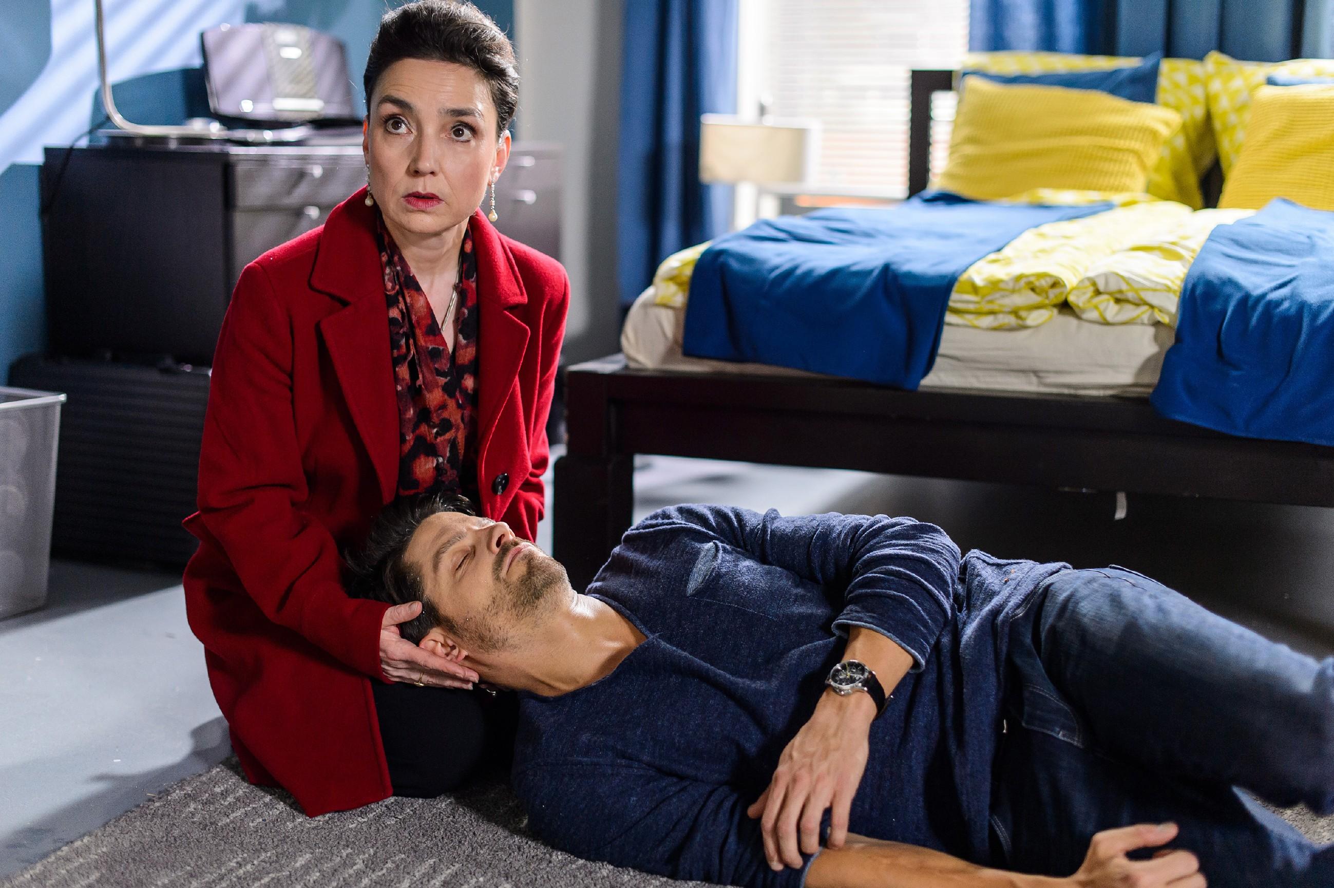 Simone (Tatjana Clasing) lässt Vincent (Daniel Buder) gegen seinen Willen nicht im Stich, als dieser wegen akutem Nierenversagen zusammenbricht... (Quelle: RTL / Willi Weber)