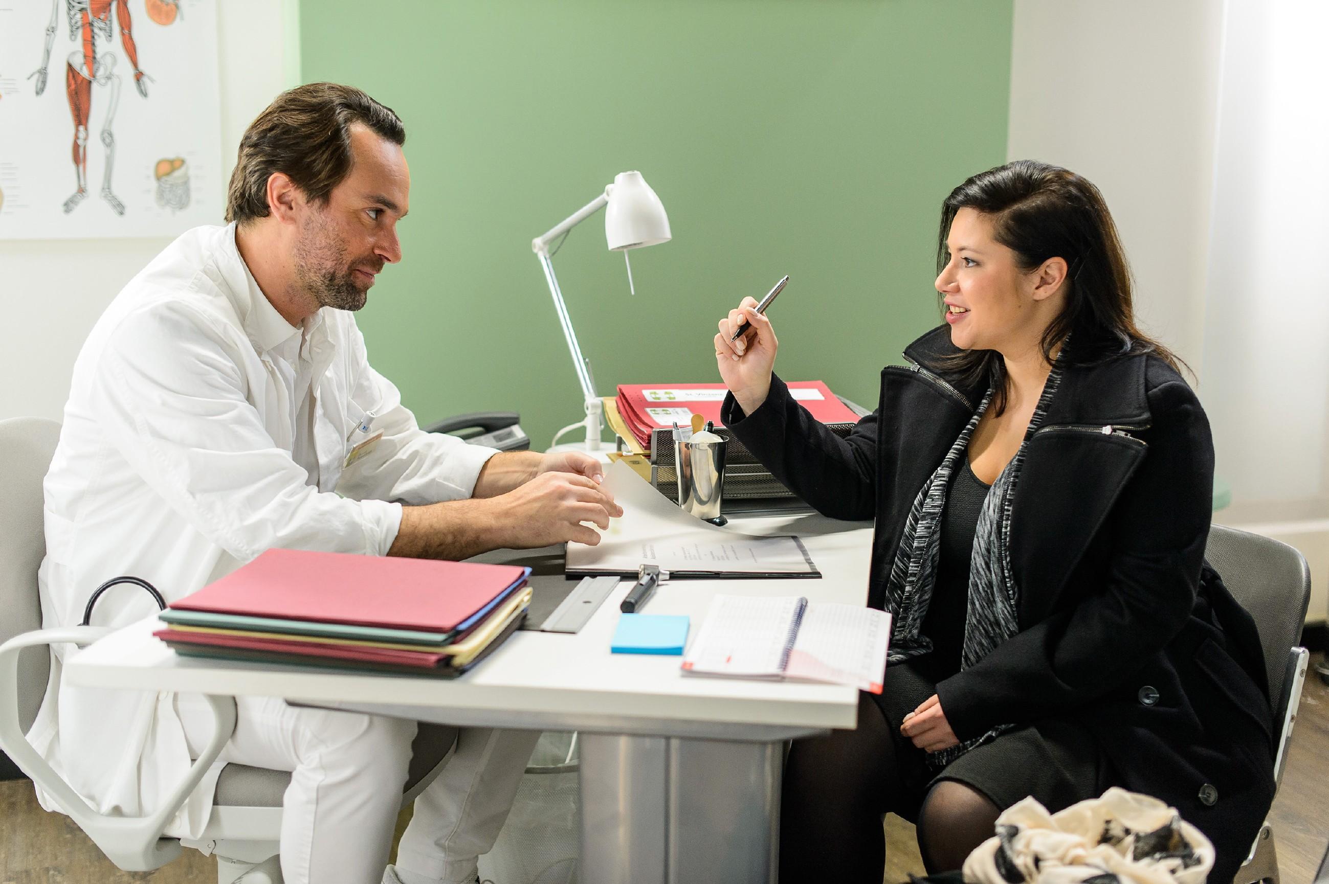 Vanessa (Julia Augustin) nimmt Thomas' (Daniel Brockhaus) Jobangebot an. (Quelle: RTL / Willi Weber)