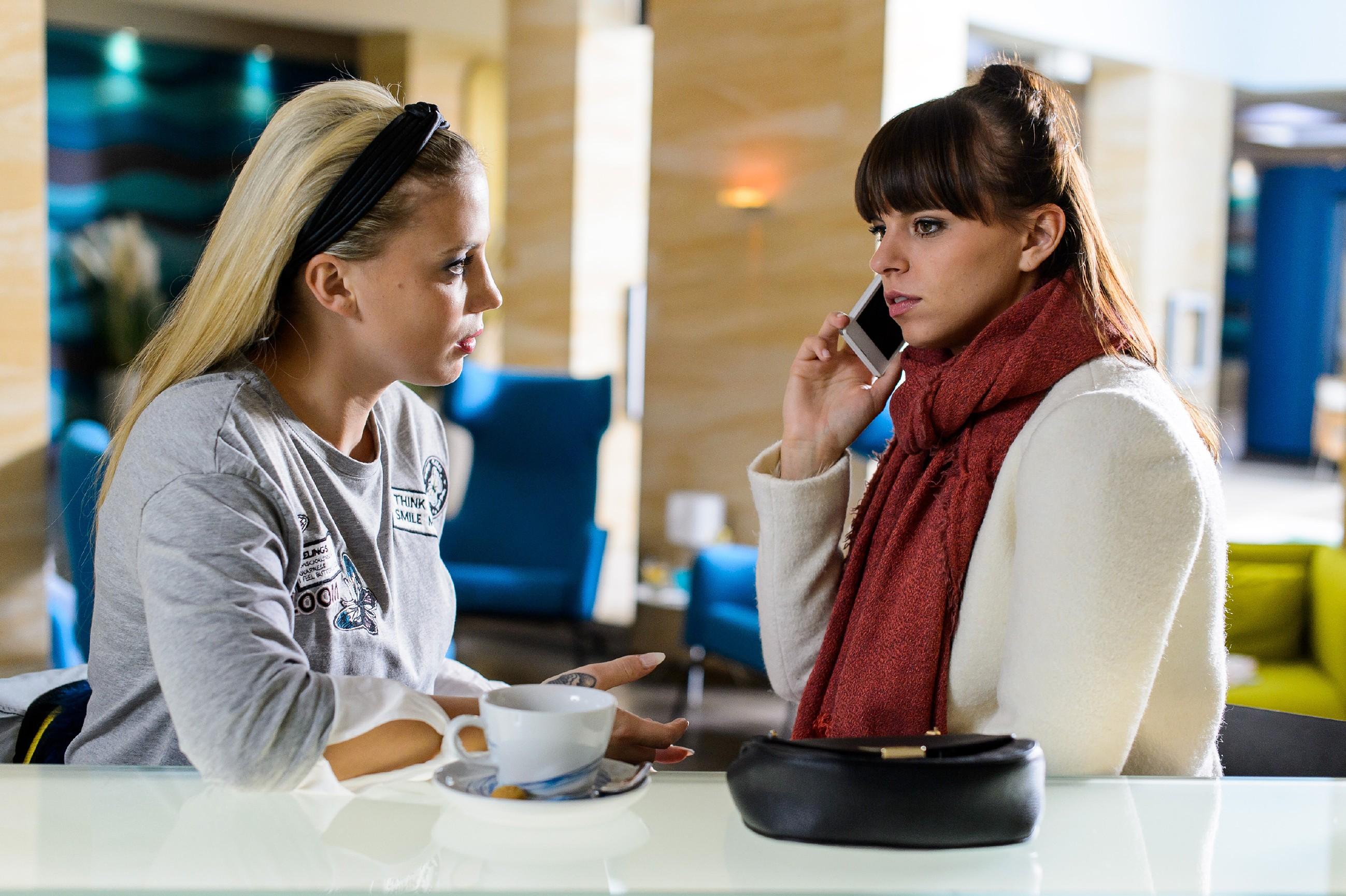 Michelle (Franziska Benz, r.) bekommt in Gegenwart von Iva (Christina Klein) die furchtbare Nachricht, dass Vincent verstorben ist... (Quelle: RTL / Willi Weber)