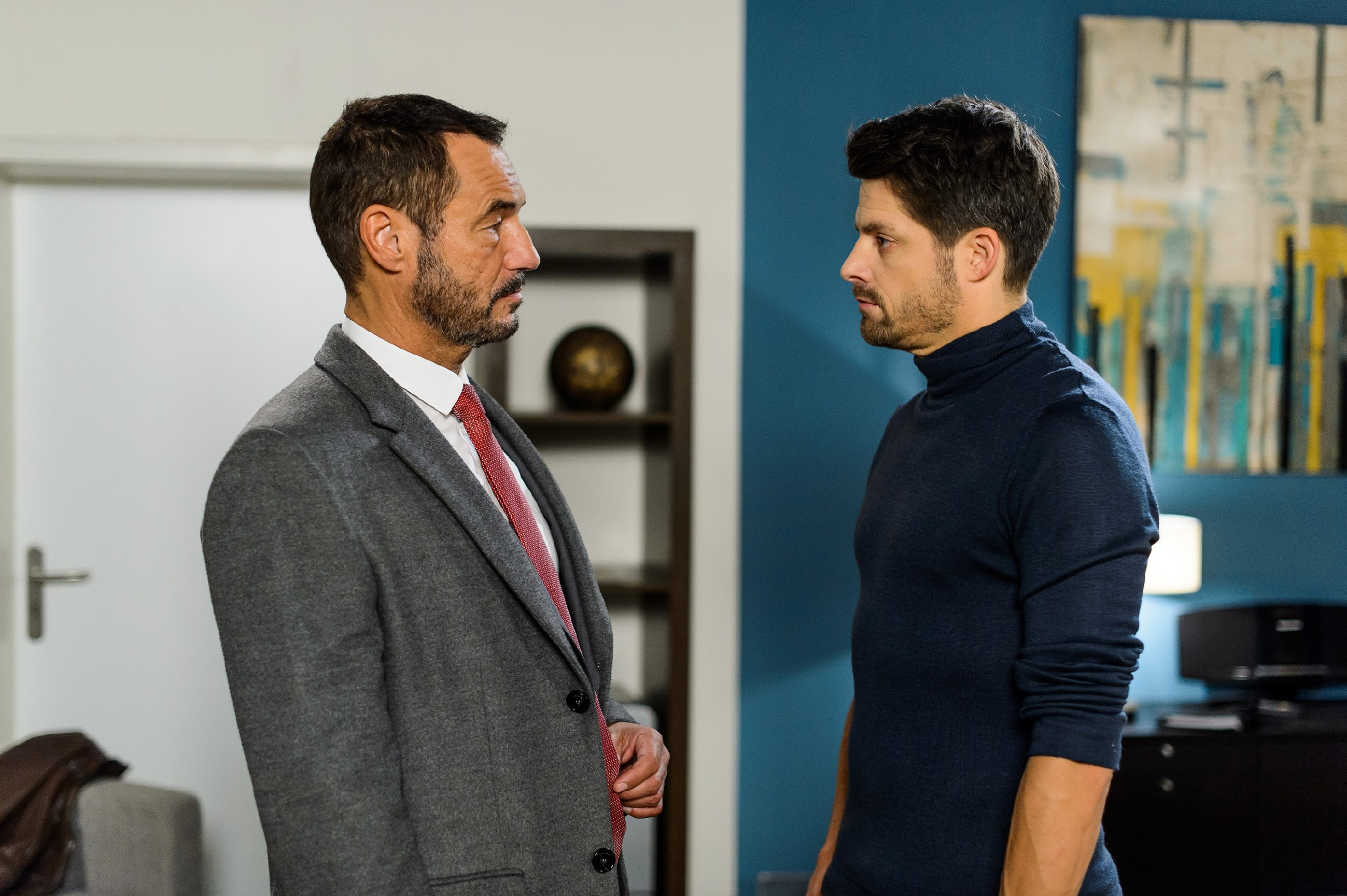 Richard (Silvan-Pierre Leirich, l.) macht Vincent (Daniel Buder) eine klare Ansage, dass er Simone in Ruhe lassen soll. (Quelle: RTL / Willi Weber)