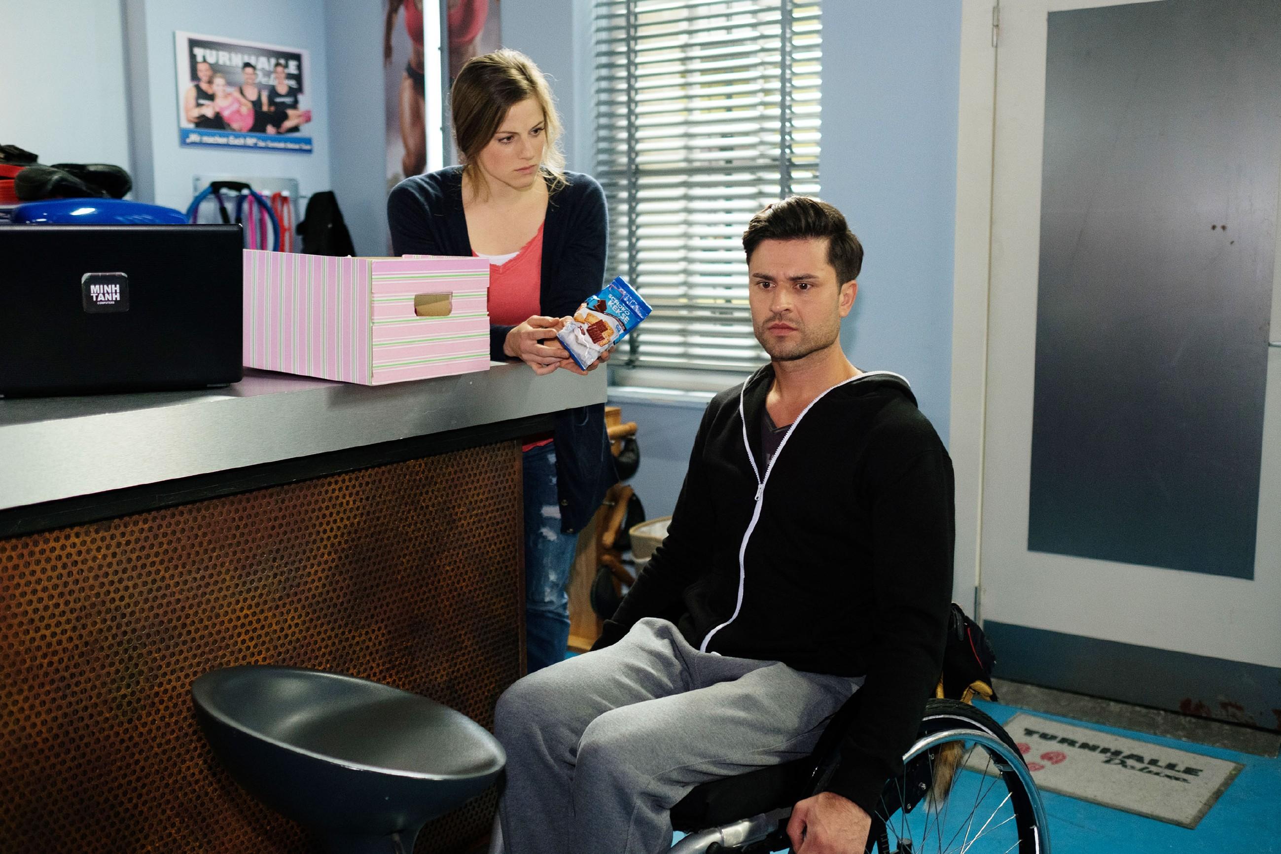 Als Elli (Nora Koppen) sich Sorgen um ihre Cousine macht, ringt Paco (Milos Vukovic) sich dazu durch, sein Versprechen an KayC zu brechen und Elli über den sexuellen Übergriff auf KayC aufzuklären. (Quelle: RTL / Stefan Behrens)