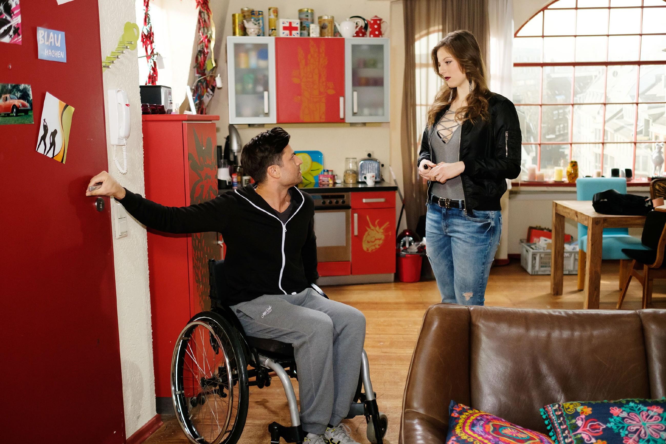 Elli (Nora Koppen) wird von Paco (Milos Vukovic) gerade noch rechtzeitig zur Vernunft gebracht... (Quelle: RTL / Stefan Behrens)