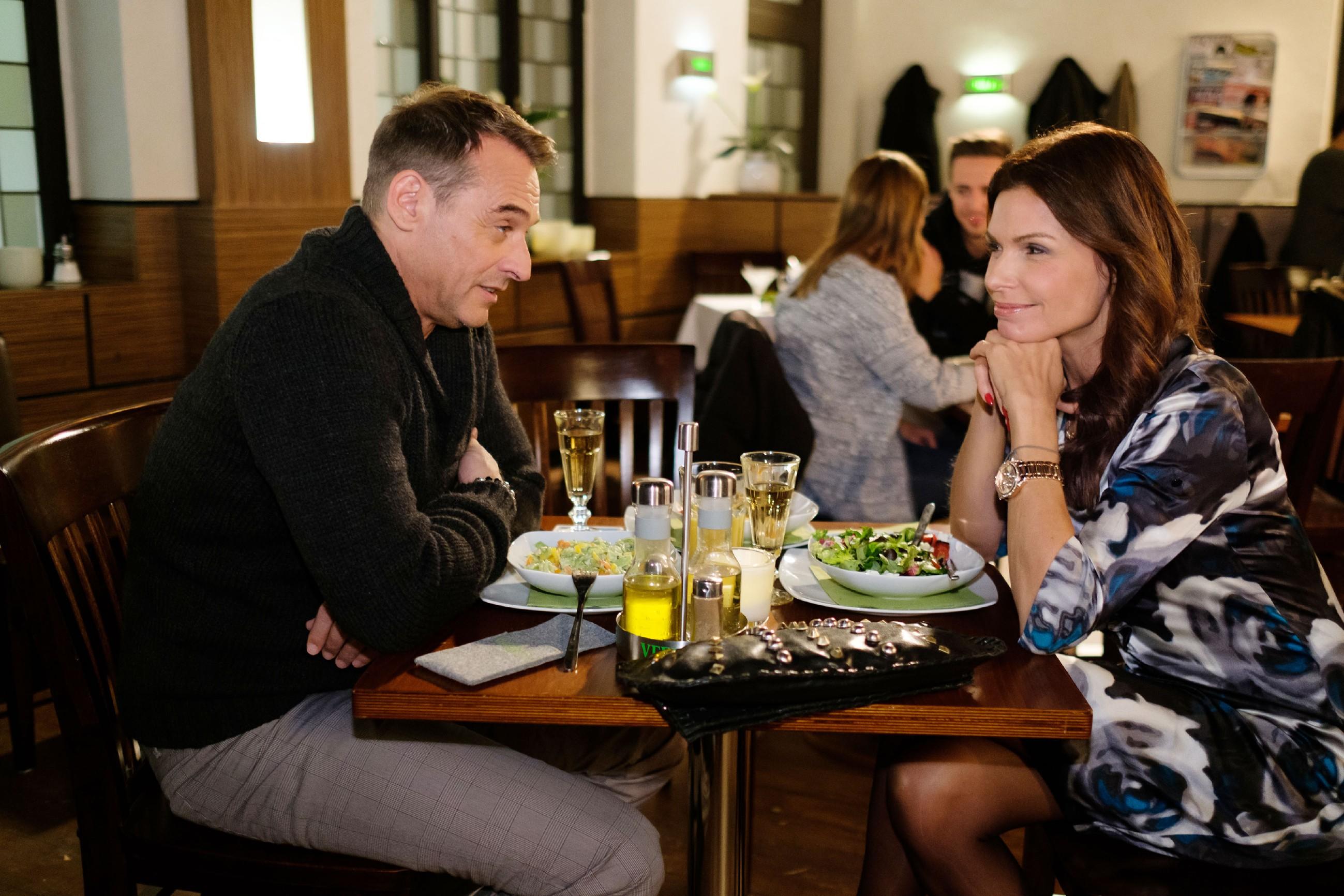 Britta (Tabea Heynig) will sich auch durch Rufus' (Kai Noll) sachlichen Argumente nicht von einer Blitzhochzeit abbringen lassen. (Quelle: RTL / Stefan Behrens)