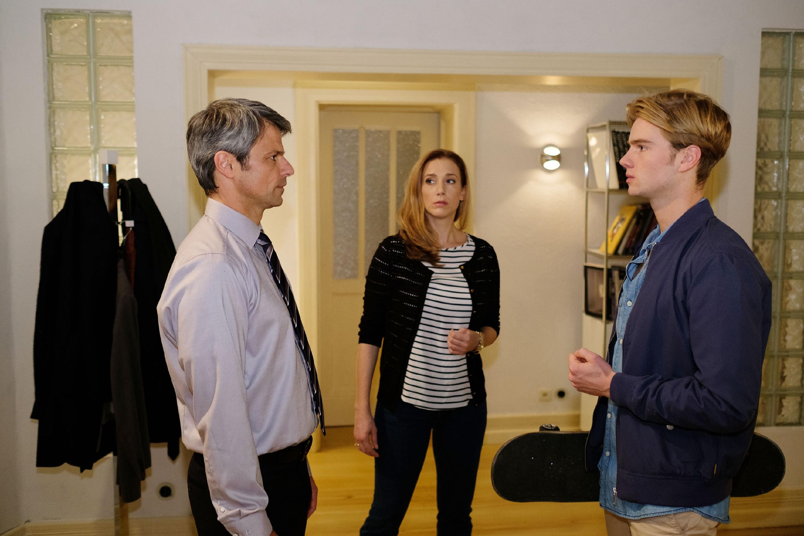 Andrea (Kristin Meyer) wird verzweifelt klar, dass Benedikt (Jens Hajek, l.) erfahren hat, dass Valentin (Aaron Koszuta) der Anführer der kriminellen Gang war... (Quelle: RTL / Stefan Behrens)