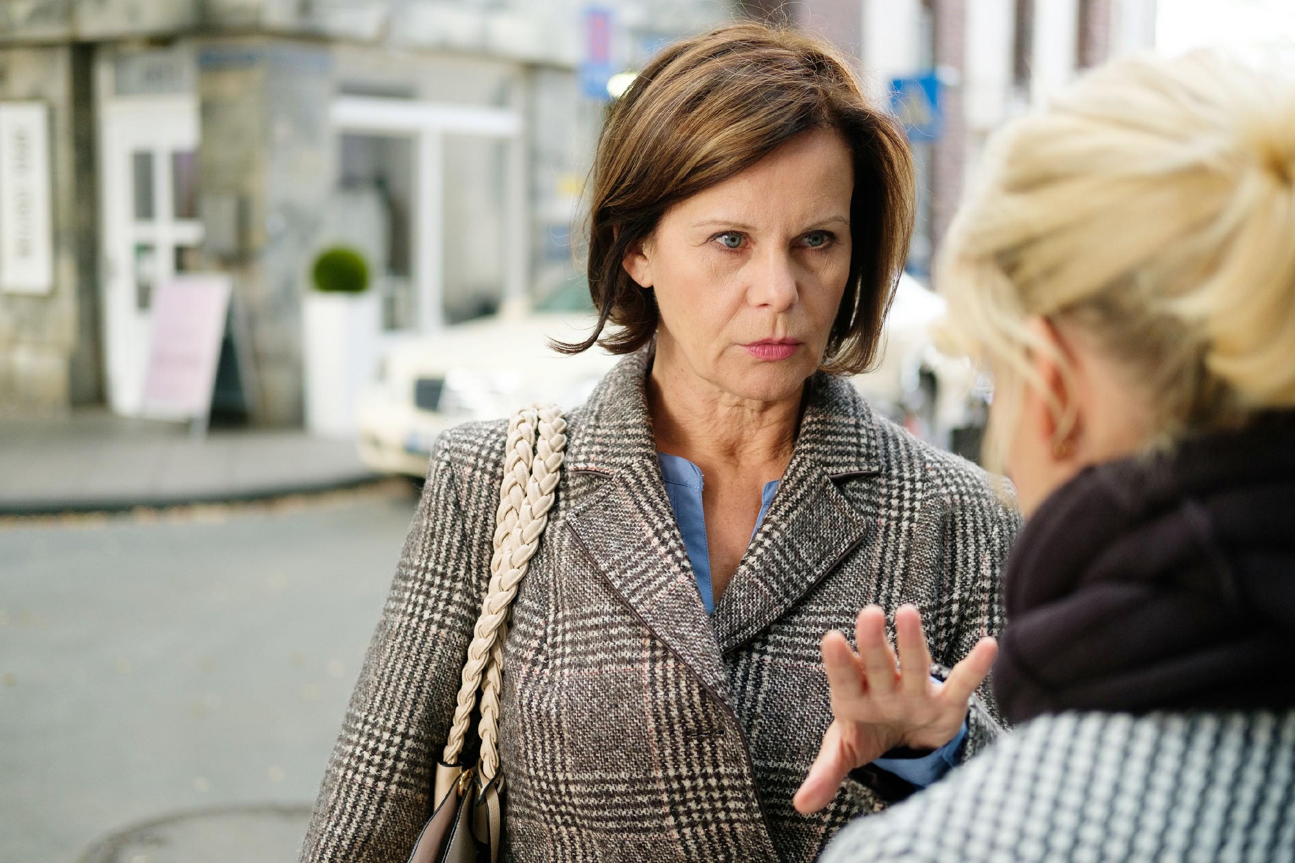 Erschrocken stellt Irene (Petra Blossey, l.) in Gegenwart von Ute (Isabell Hertel) fest, dass sie ihren Verlobungsring verloren hat. (Quelle: RTL / Stefan Behrens)