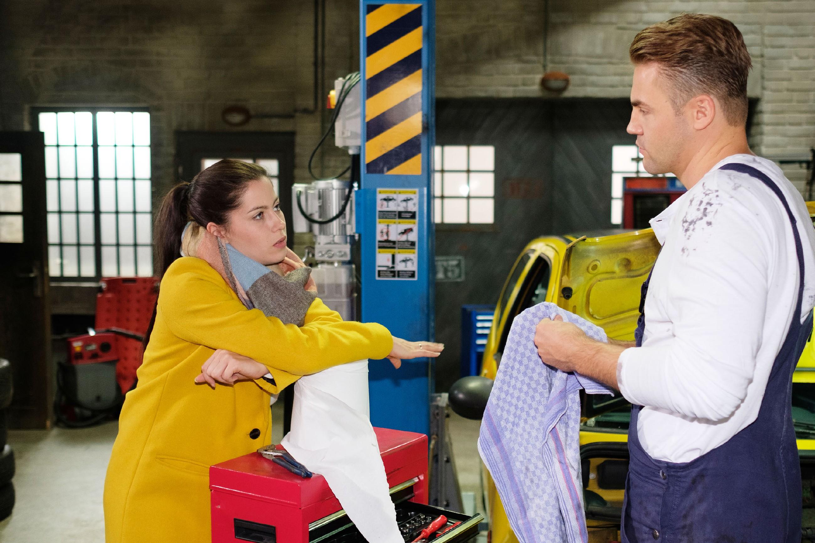 Sina (Valea Katharina Scalabrino) erzählt Bambi (Benjamin Heinrich) von ihrem zweiten Treffen mit dem Mega-Nerd Lukas, von dem sie einfach nur genervt ist. (Quelle: RTL / Stefan Behrens)