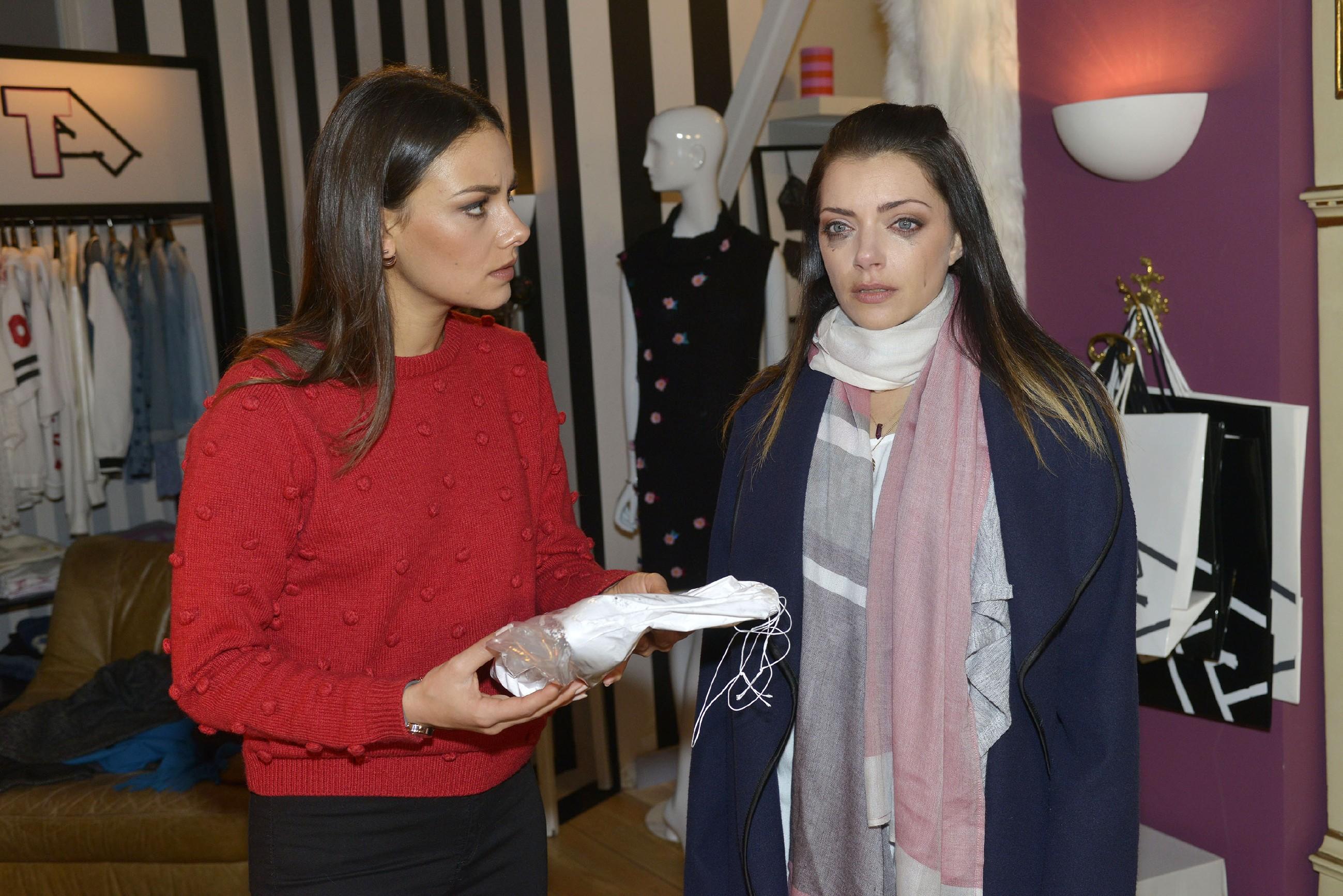 Die völlig aufgelöste Emily (Anne Menden, r.) erklärt Jasmin (Janina Uhse), dass Paul ihre Stilettos - ein Andenken an Tayfun - ruiniert hat. (Quelle: RTL / Rolf Baumgartner)
