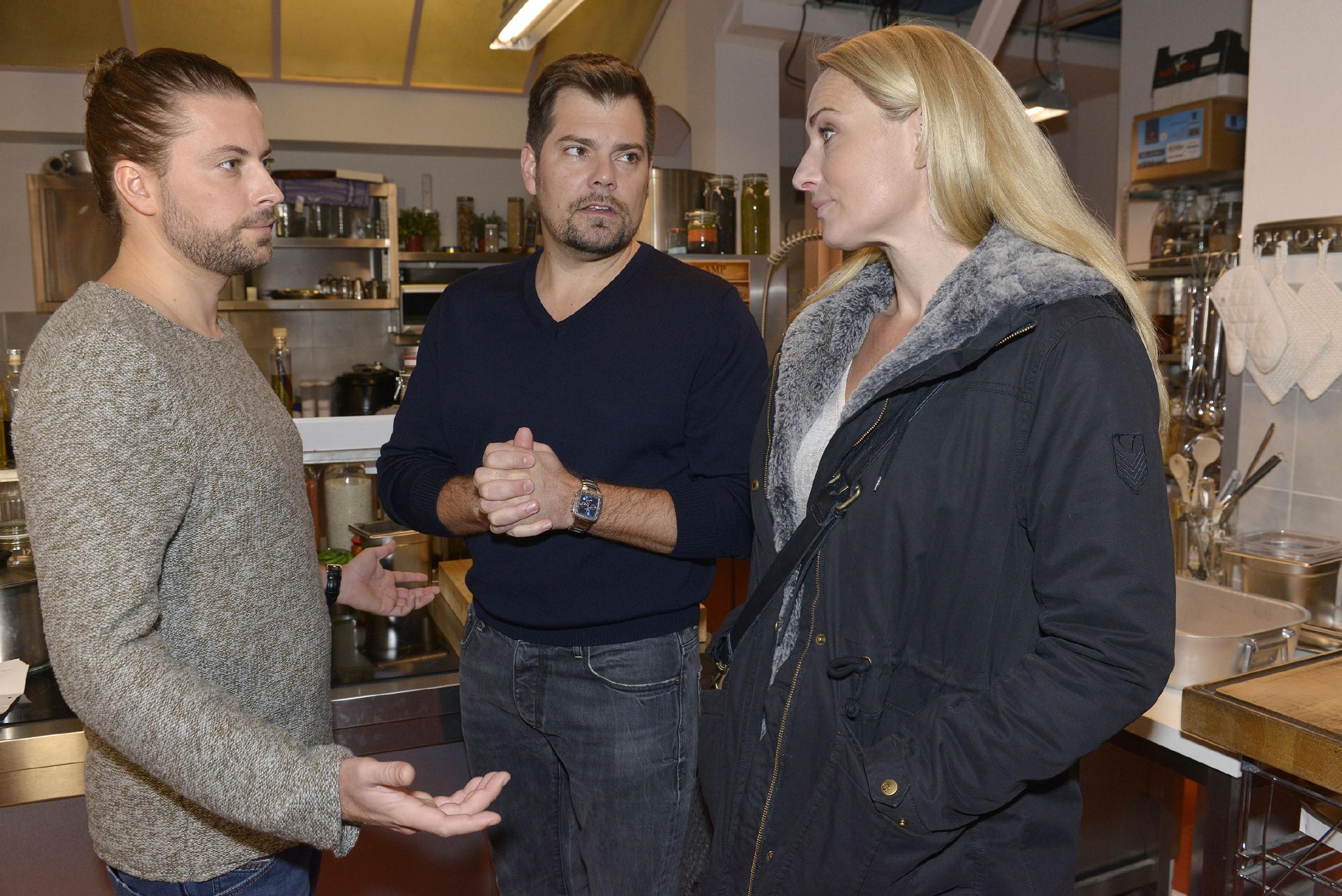 Leon (Daniel Fehlow, M.) hofft inständig, dass John (Felix von Jascheroff) und Maren (Eva Mona Rodekirchen) zukünfitg besser zusammenarbeiten. (Quelle: RTL / Rolf Baumgartner)