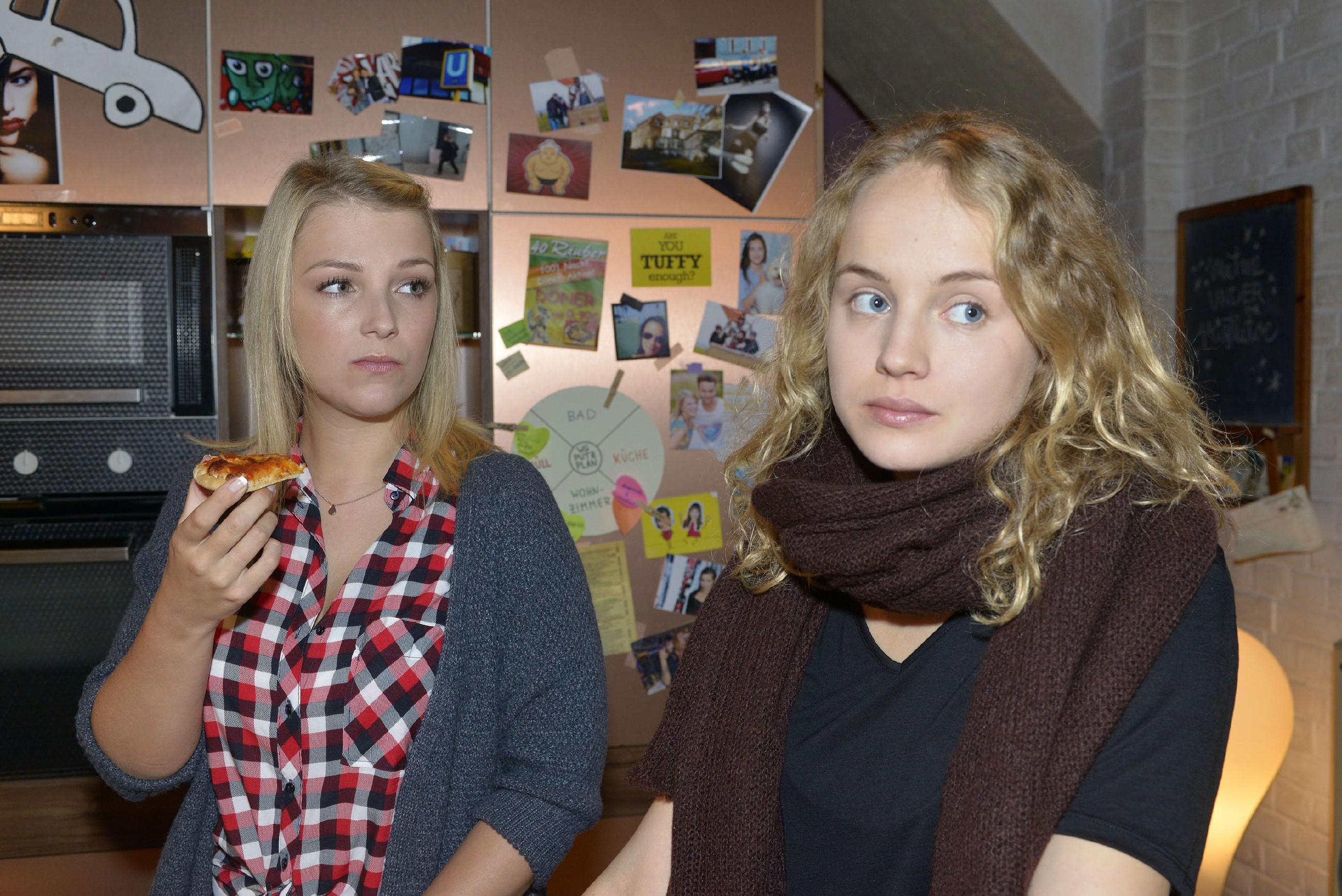 Lilly (Iris Mareike Steen, l.), findet es schade, dass Jule (Luise von Finckh) die WG verlassen muss. (Quelle: RTL / Rolf Baumgartner)