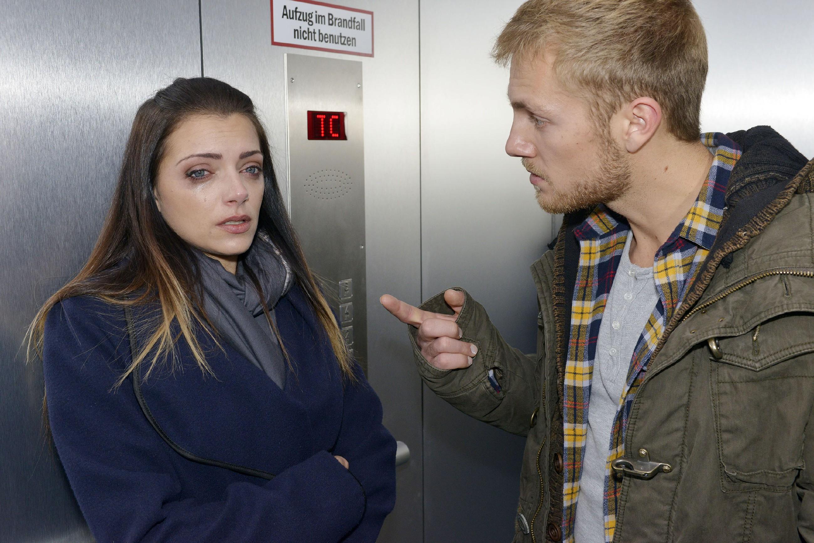 Als Emily (Anne Menden) von Paul (Niklas Osterloh) provoziert wird, reagiert sie unfreiwillig emotional... (Quelle: RTL / Rolf Baumgartner)