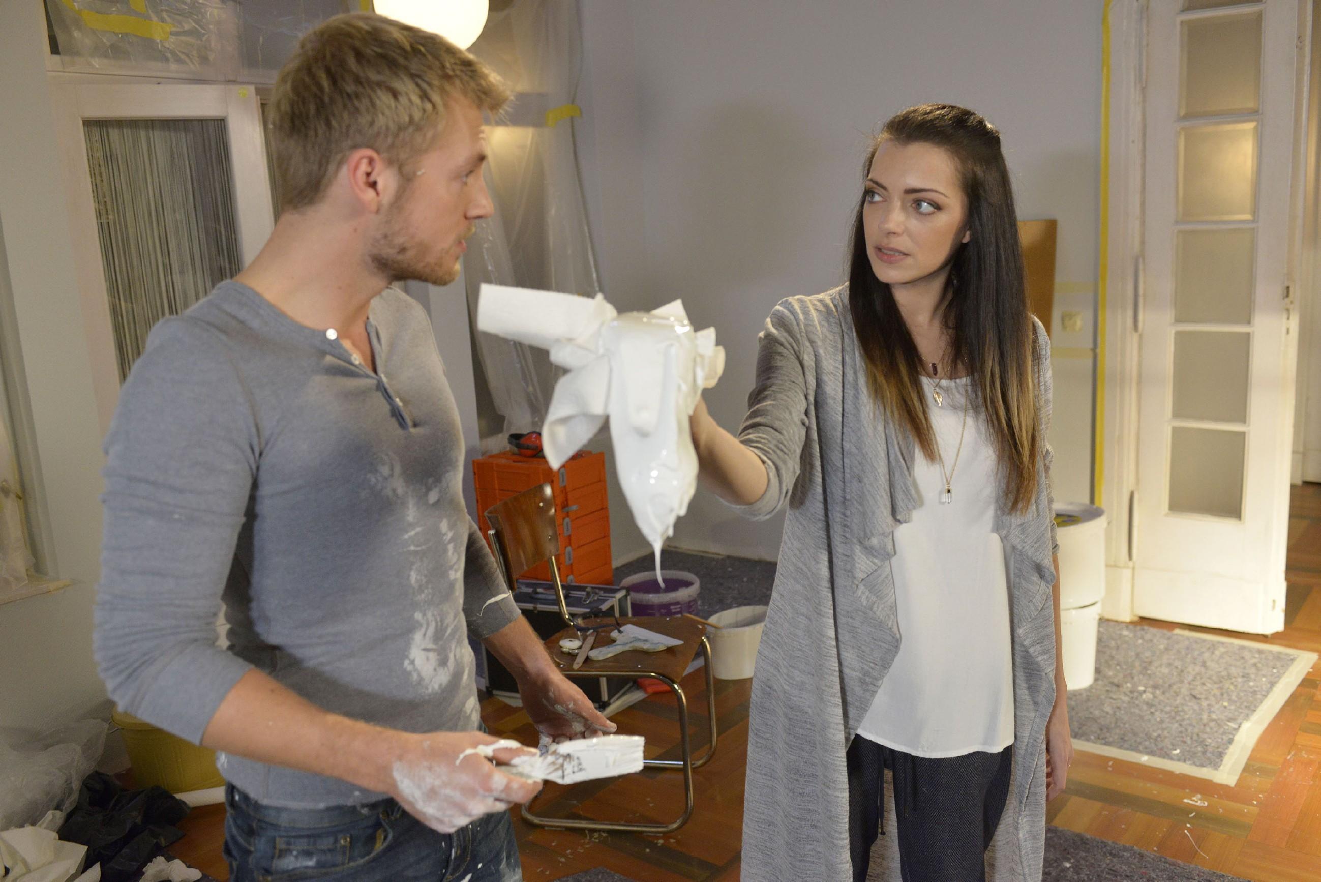 Paul (Niklas Osterloh) ist fassungslos über Emilys (Anne Menden) heftige Reaktion auf sein Missgeschick. (Quelle: RTL / Rolf Baumgartner)