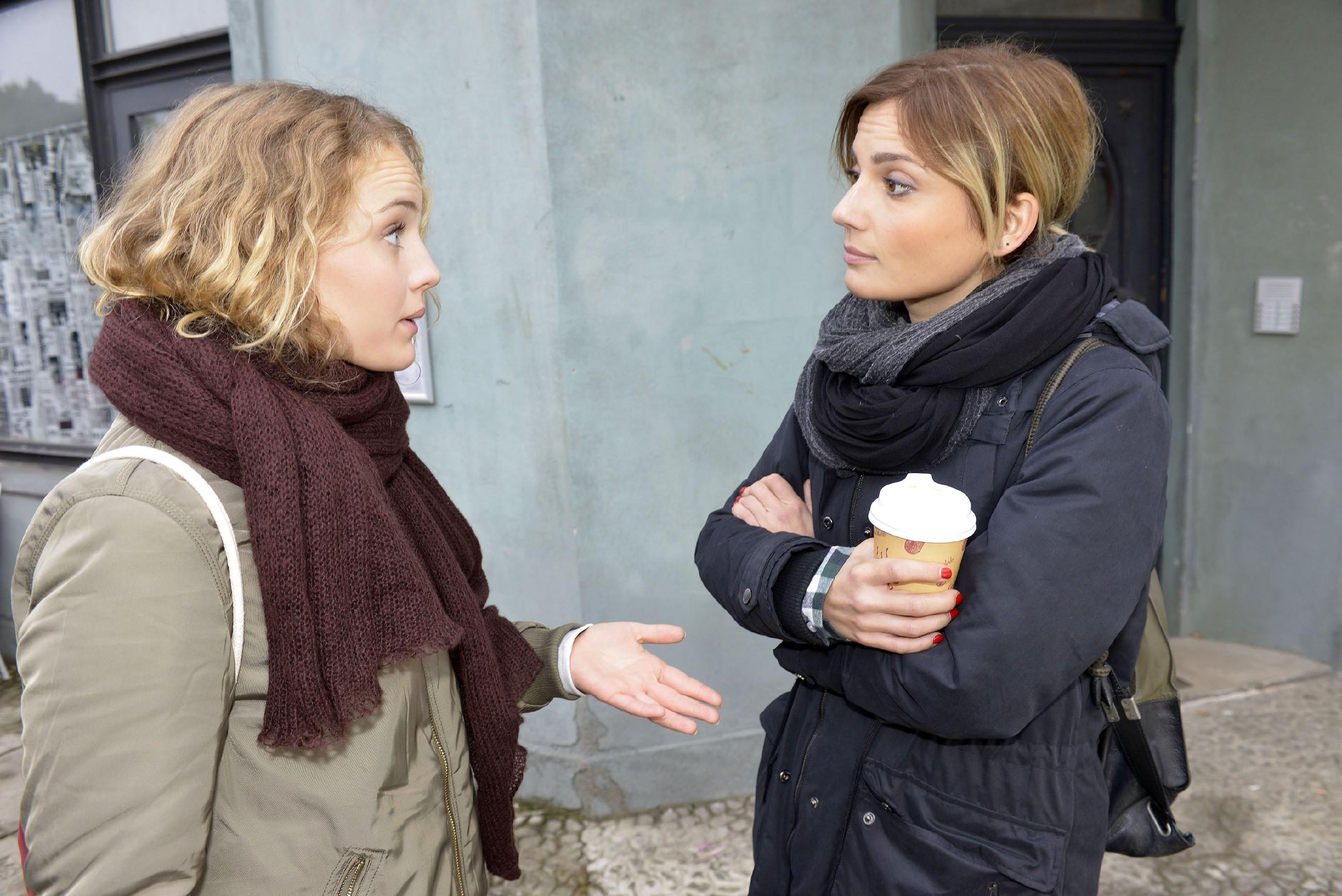Anni (Linda Marlen Runge, r.) hat ein Einsehen und lässt sich auf einen Probemonat mit Jule (Luise von Finckh) ein. (Quelle: RTL / Rolf Baumgartner)