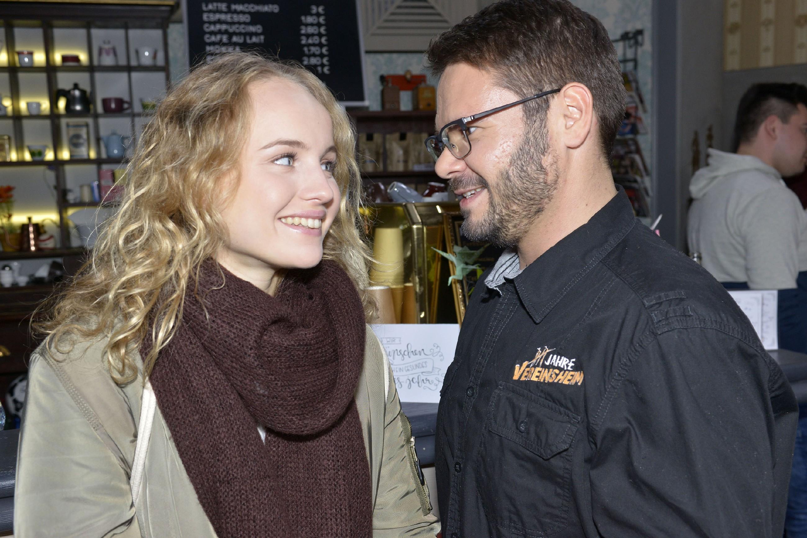 Tuner (Thomas Drechsel) traut sich nicht, Jule (Luise von Finckh) um ein Date zu bitten, doch Jule hat da weniger Skrupel und fragt ihn unkompliziert, ob er mit ihr ins Mauerwerk geht. (Quelle: RTL / Rolf Baumgartner)