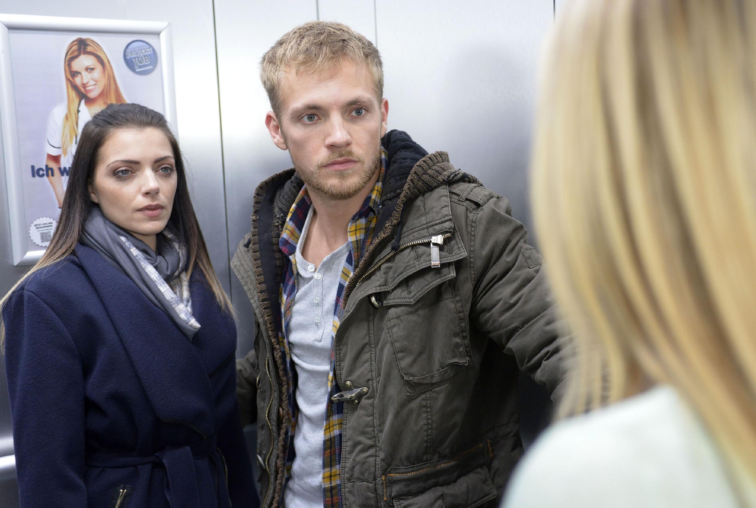 Der nahe Moment zwischen Emily (Anne Menden) und Paul (Niklas Osterloh) zerplatzt, als sie in die Realität zurückgeholt werden. (Quelle: RTL / Rolf Baumgartner)