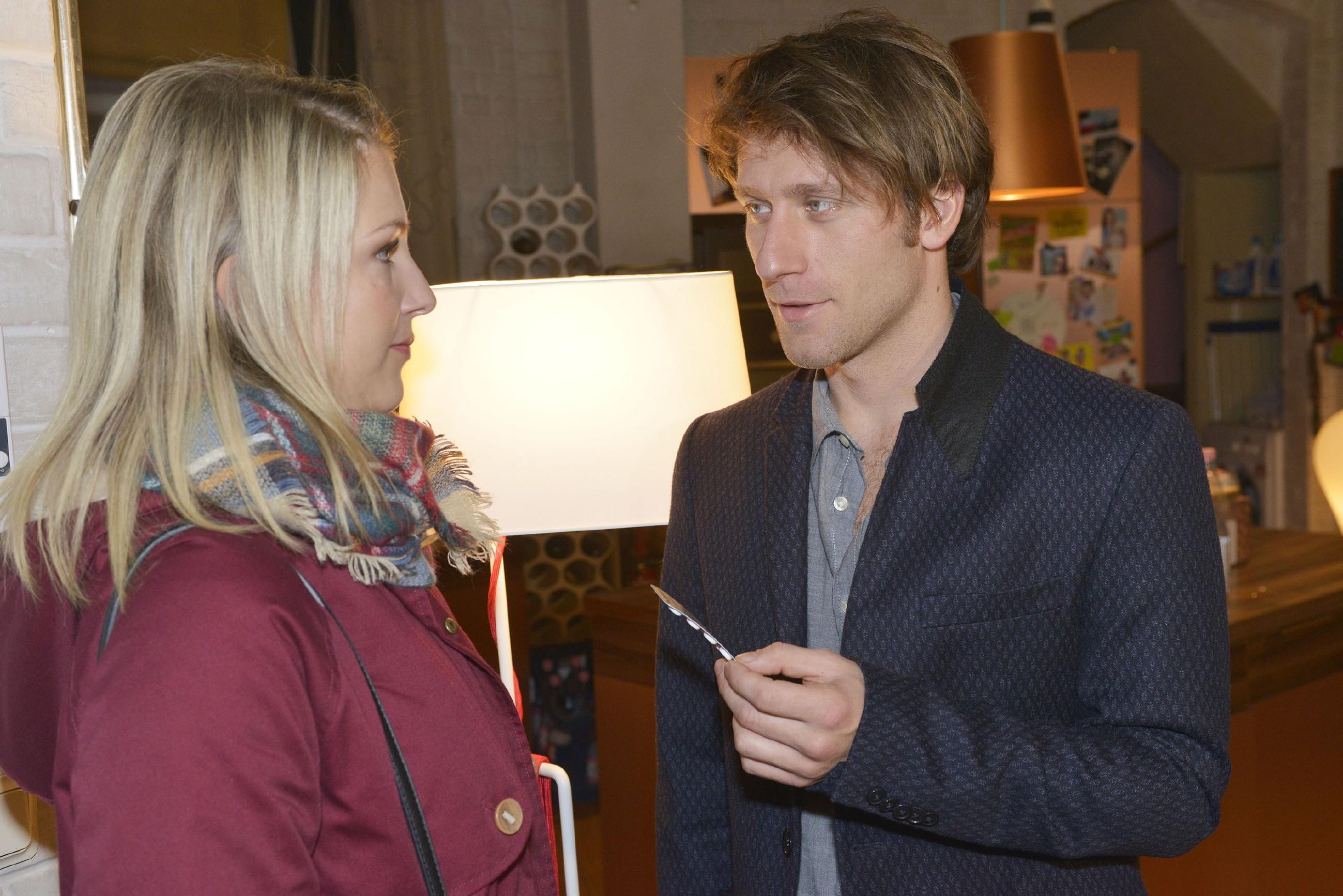 Till (Merlin Leonhardt) entbindet Lilly (Iris Mareike Steen) von jeglicher Verantwortung für seine Entscheidung, das noch nicht zugelassene Medikament einzunehmen. (Quelle: RTL / Rolf Baumgartner)