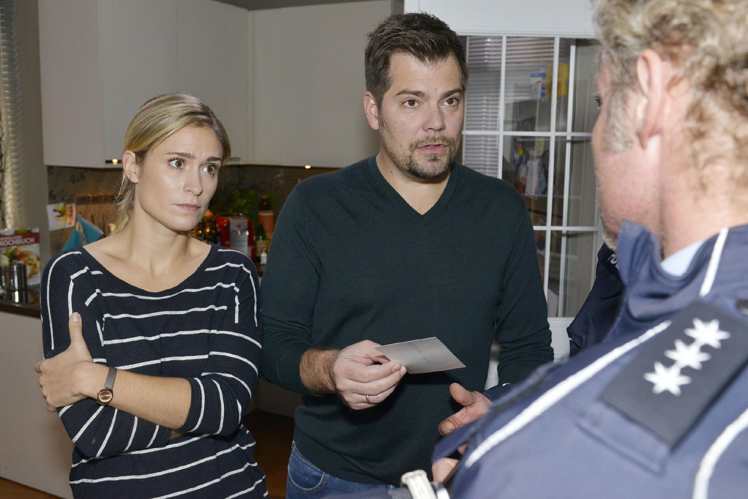 In ihrer Sorge um den verschwundenen Oskar bitten Leon (Daniel Fehklow) und Sophie (Lea Marlen Woitack) die Polizei um Hilfe. (Quelle: RTL / Rolf Baumgartner)