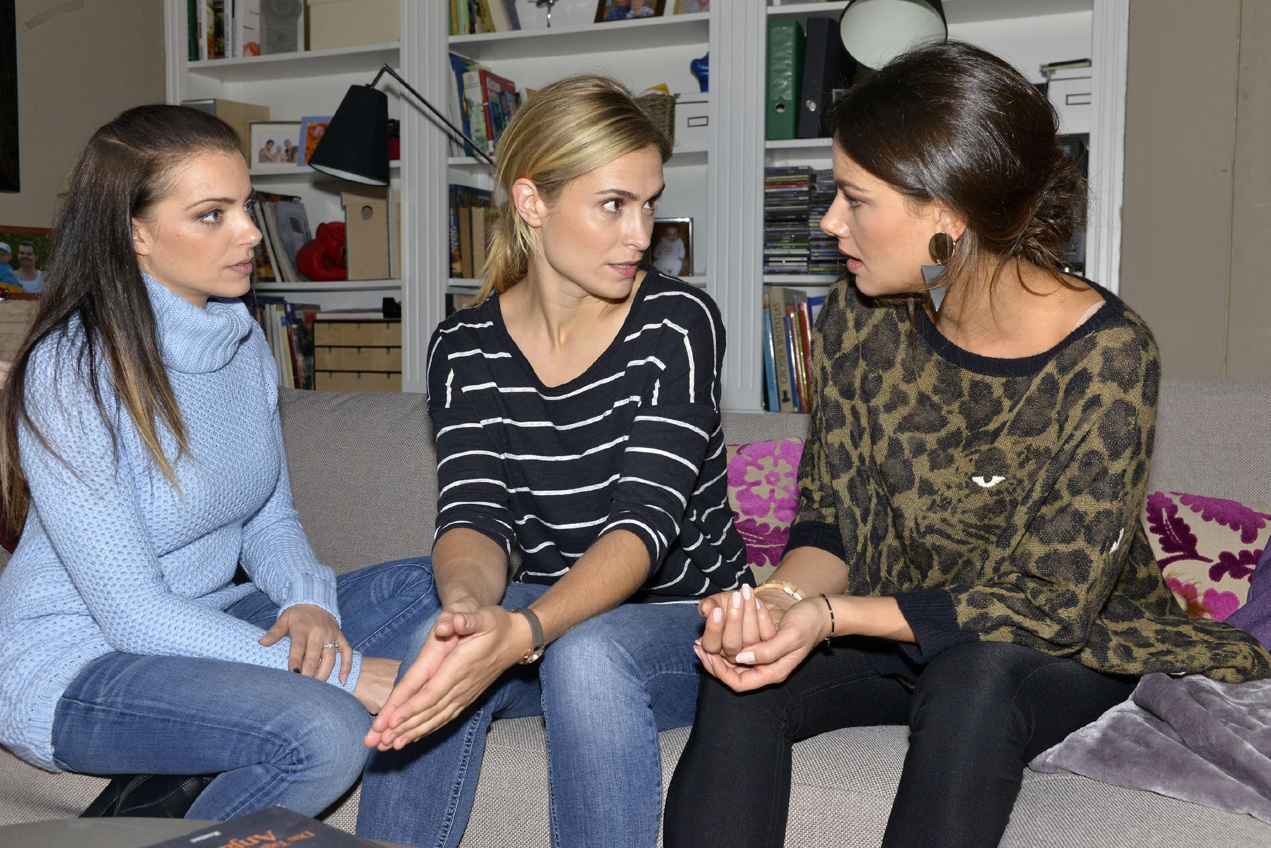Sophie (Lea Marlen Woitack, M.) ist Emily (Anne Menden, l.) und Jasmin (Janina Uhse) dankbar für die Unterstützung. (Quelle: RTL / Rolf Baumgartner)