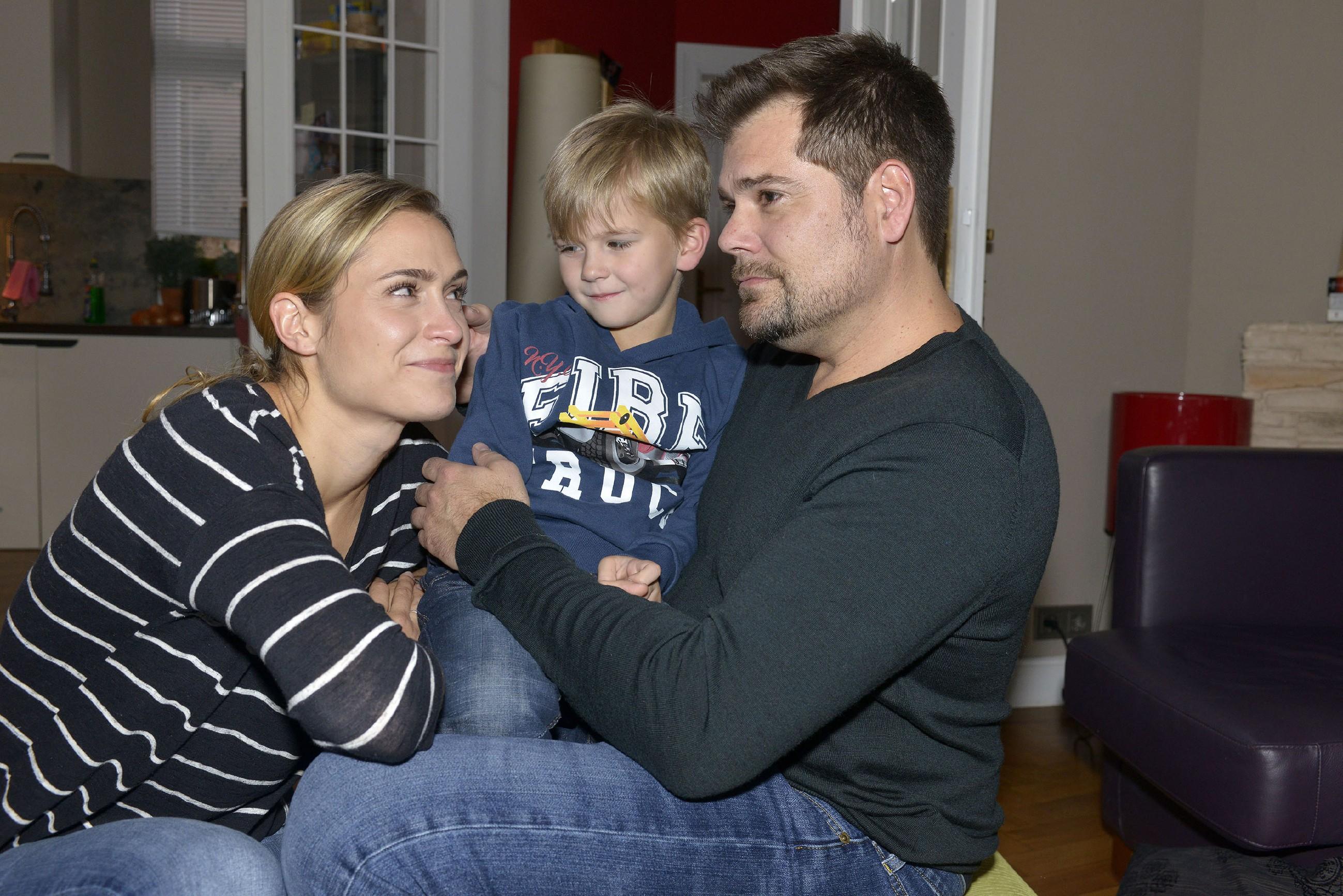 Sophie (Lea Marlen Woitack) und Leon (Daniel Fehlow) sind glücklich, dass Oskar gesund und munter zurück ist. (Quelle: RTL / Rolf Baumgartner)