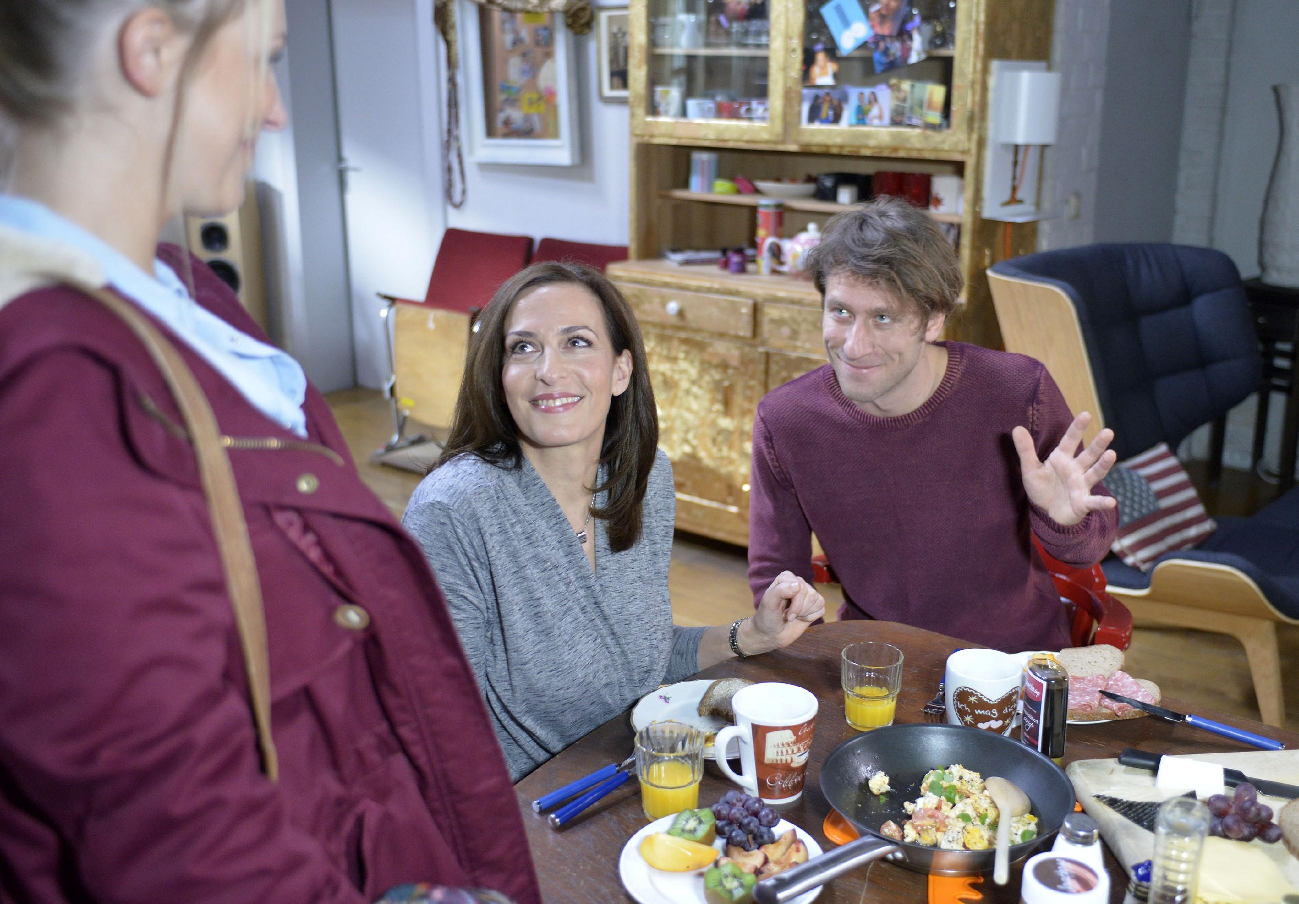 Lilly (Iris Mareike Steen, l.) freut sich mit Katrin (Ulrike Frank) und Till (Merlin Leonhardt), dessen Experiment mit dem Rheuma-Medikament zu funktionieren scheint. (Quelle: RTL / Rolf Baumgartner)