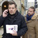 Voller Sorge machen sich Leon (Daniel Fehlow, l.) und John (Felix von Jascheroff) auf die Suche nach Oscar, der plötzlich verschwunden ist. (Quelle: RTL / Rolf Baumgartner)